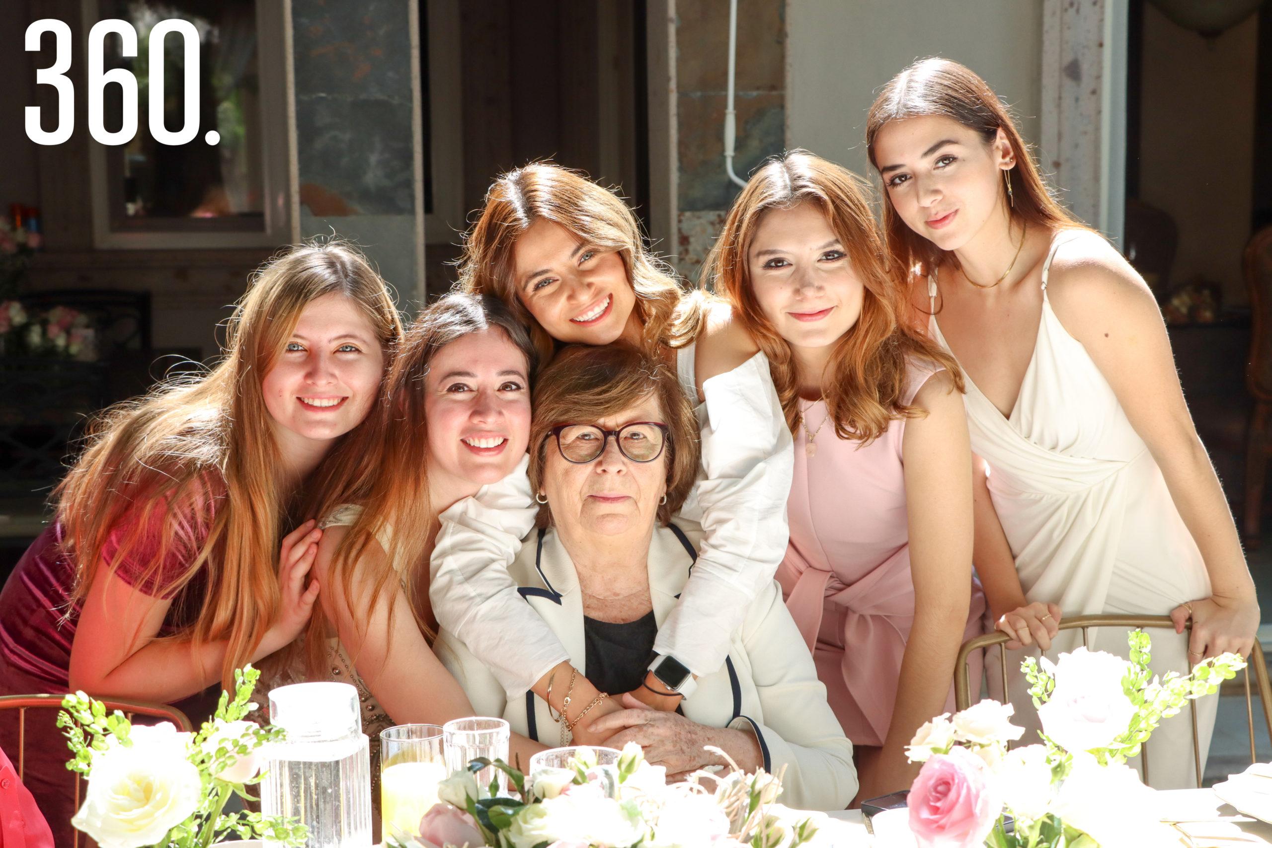 Miriam Cabello, Nora Vallarta, Delia Mendoza, Elizabeth Cabello, Betty y Karla Vallarta.