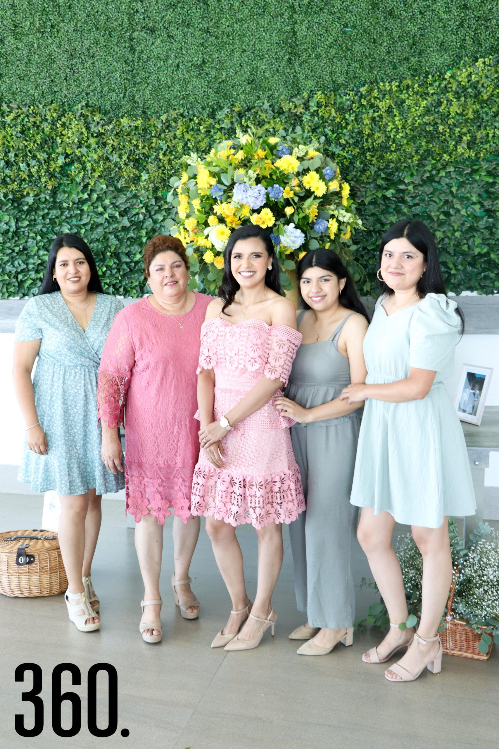 Sheila con su madre y hermanas, Karla Mendoza, Justina Orozco, Stefany y Valeria Mendoza.