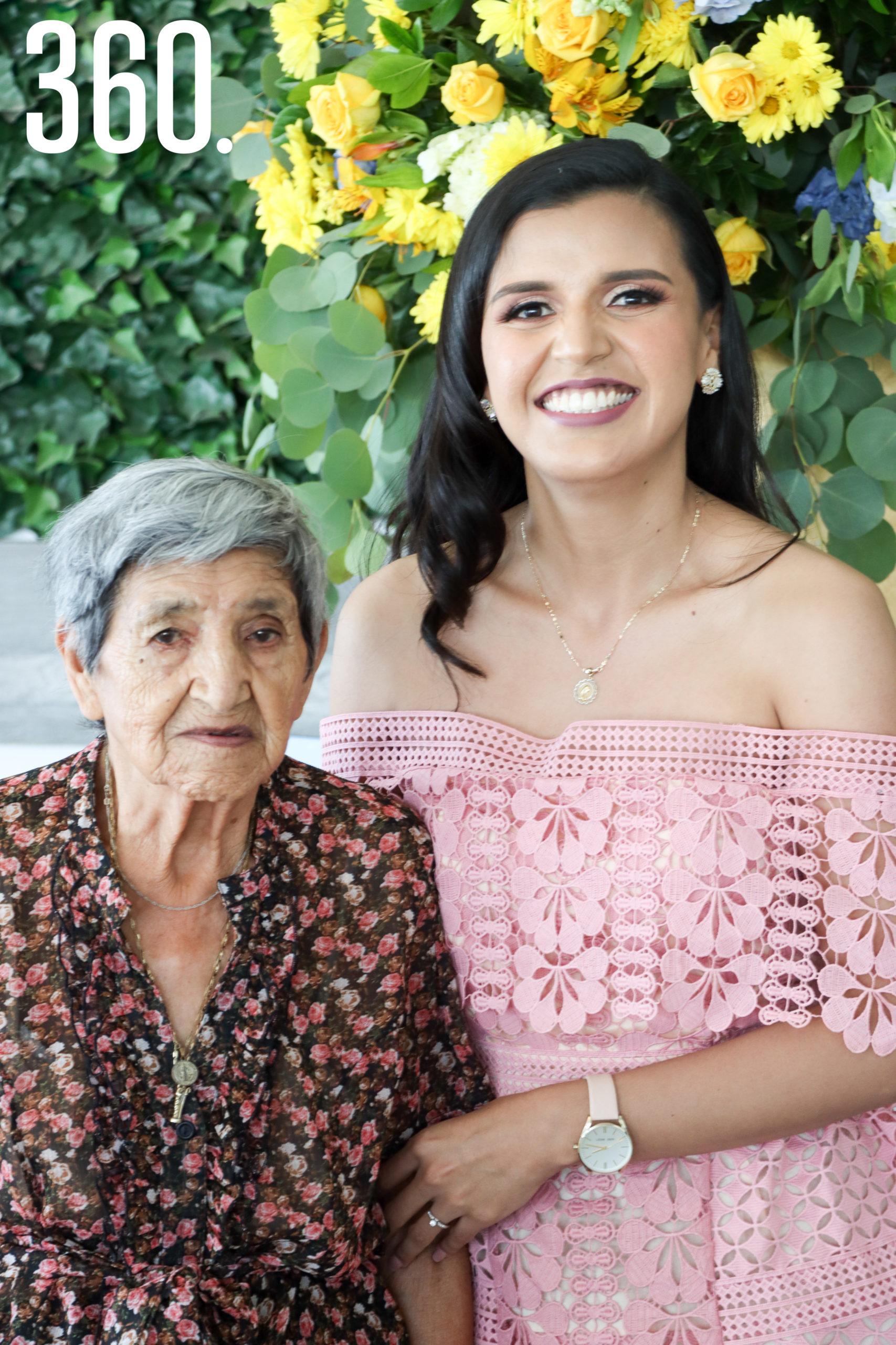 Sheila con su abuela, Socorro Pérez.