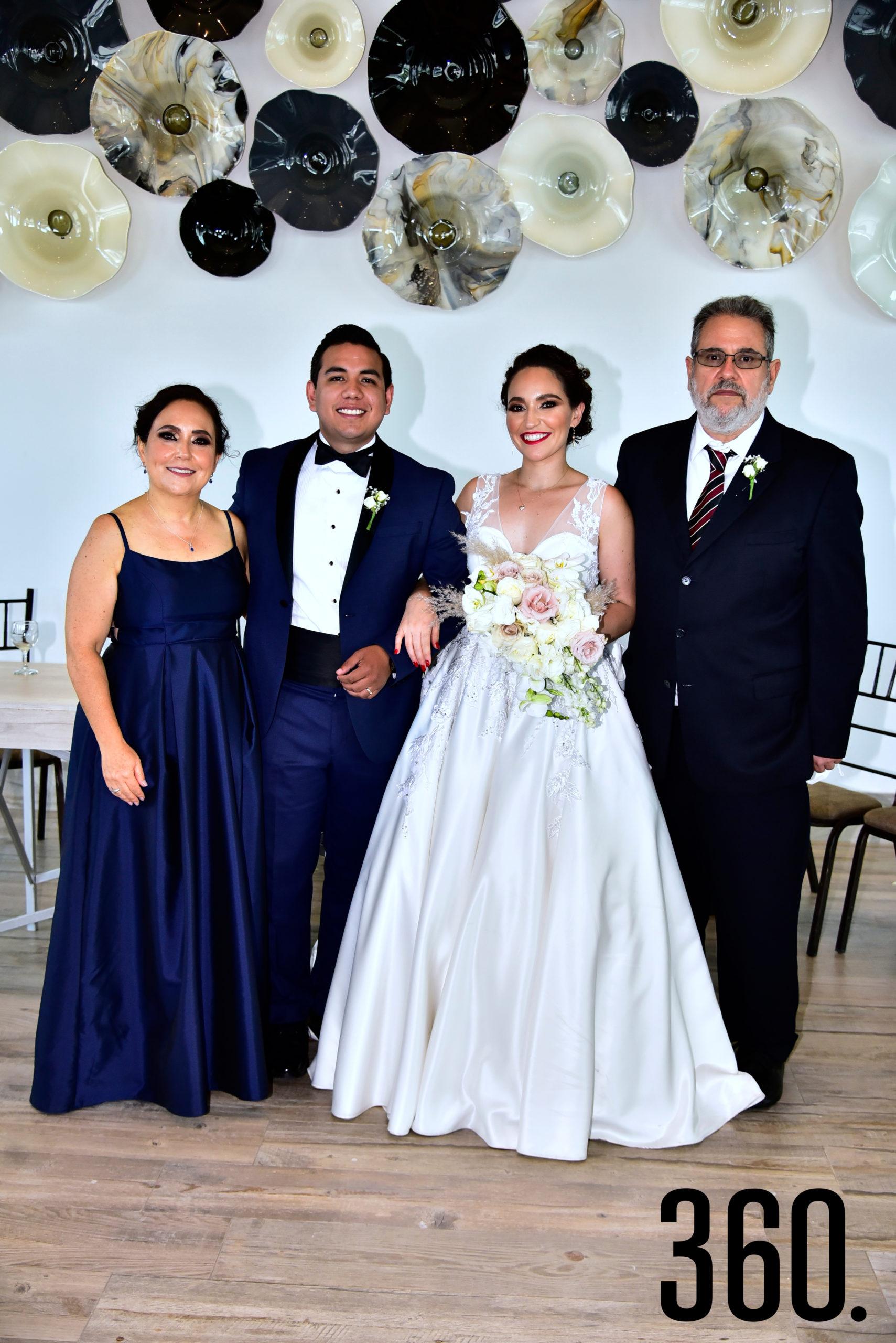 Fabián Trujillo Leija y Ana Cecilia Romero Ramos con sus papás María Luisa Ramos y Francisco Romero.