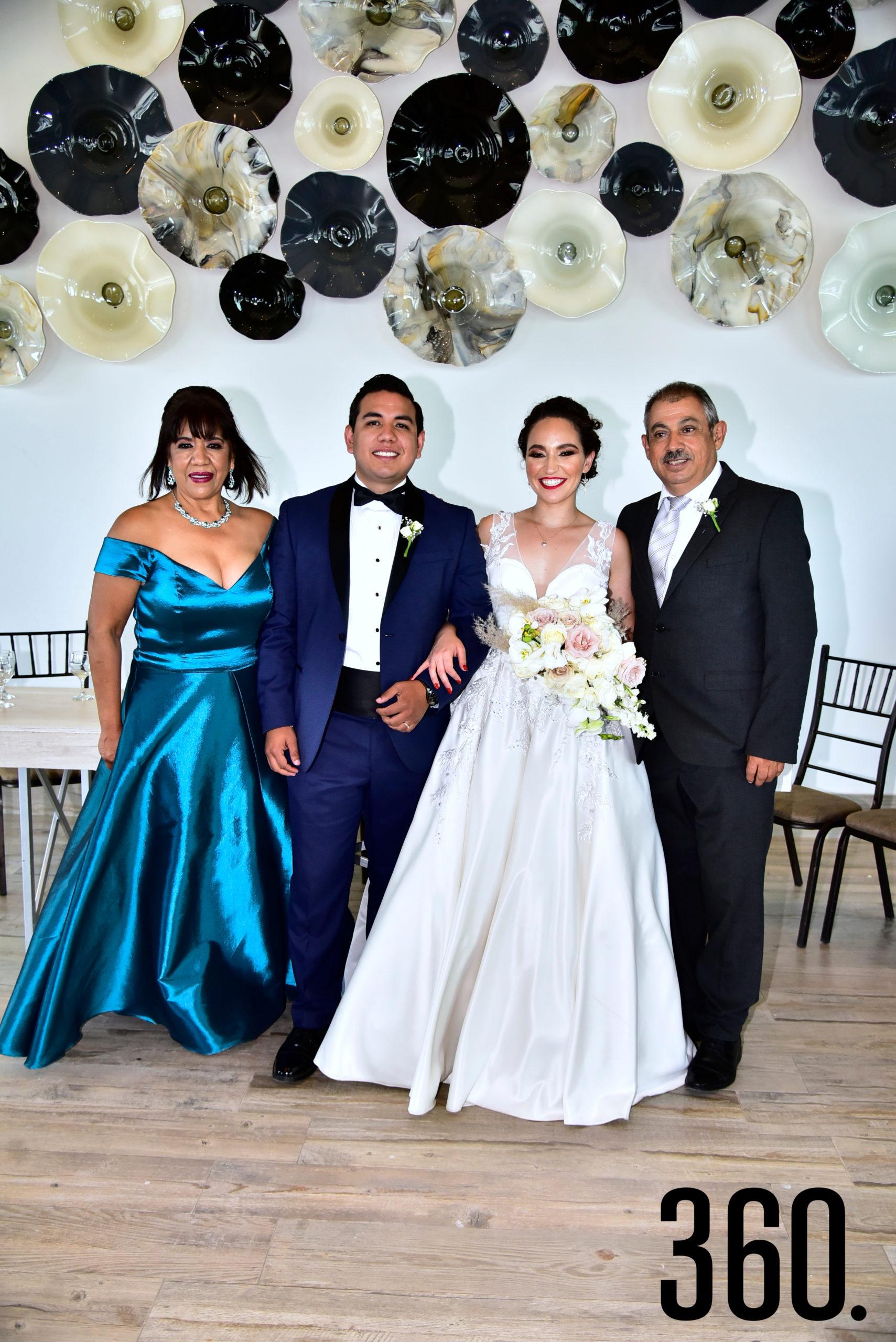 Ana Cecilia Romero Ramos y Fabián Trujillo Leija con sus papás Elba Leija y Rómulo Trujillo.