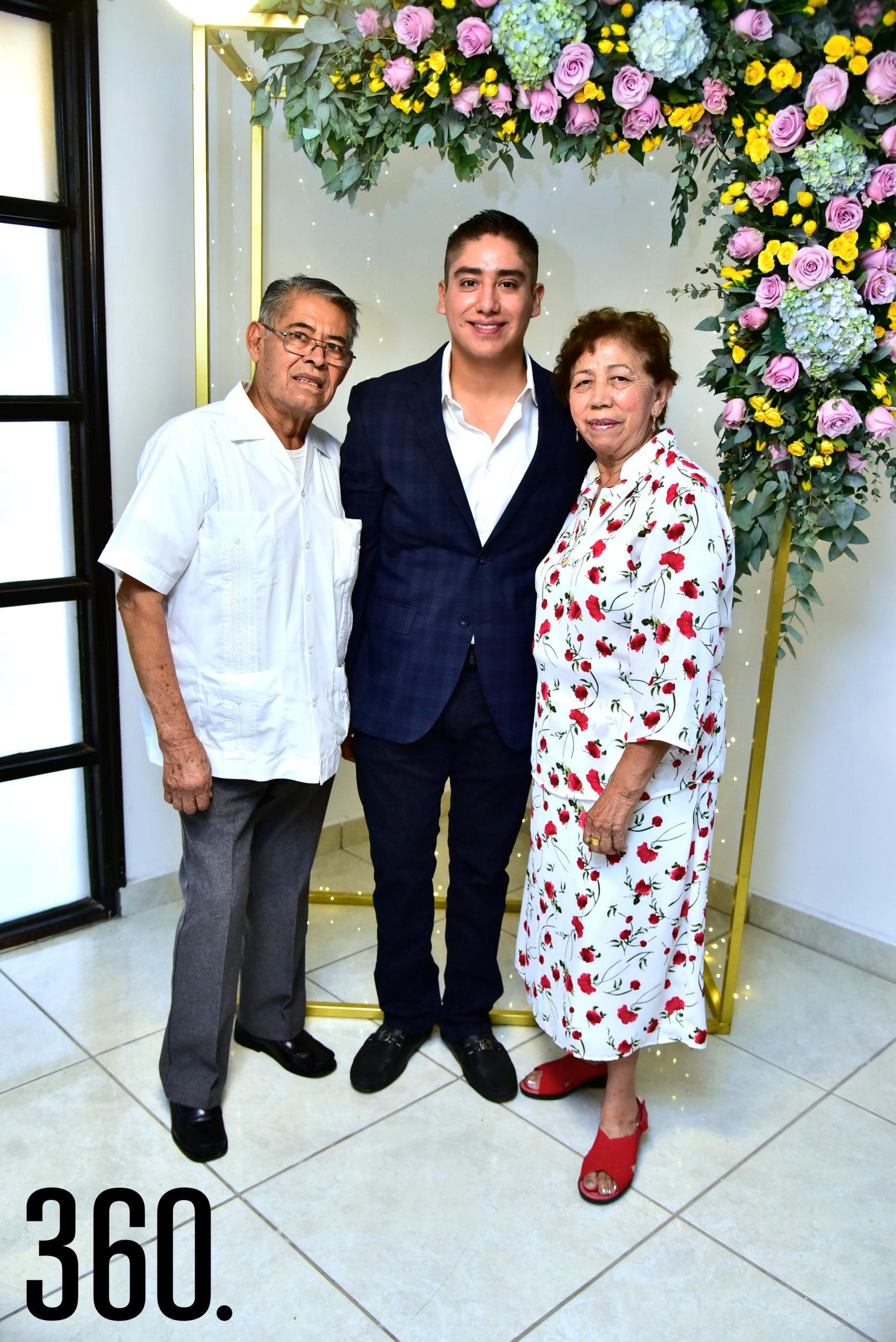 Jonathan acompañado de sus abuelos Olegario Esquivel Díaz y Gloria Vázquez Pérez.