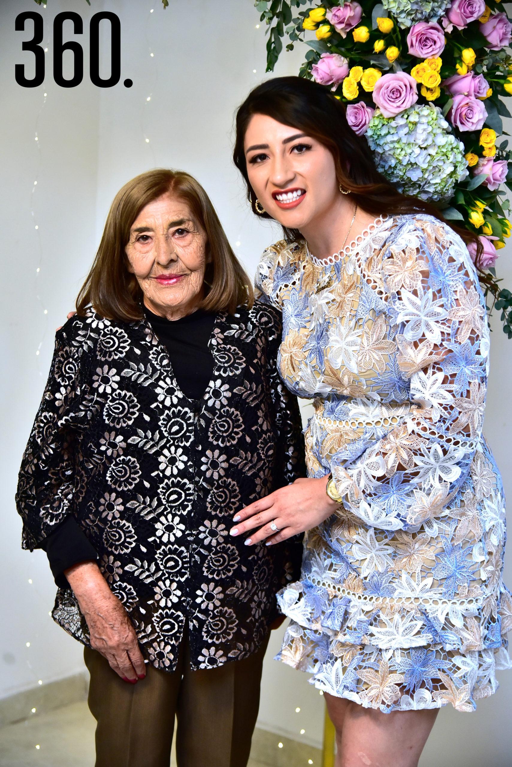 La futura novia con su abuela María de Jesús Solís.