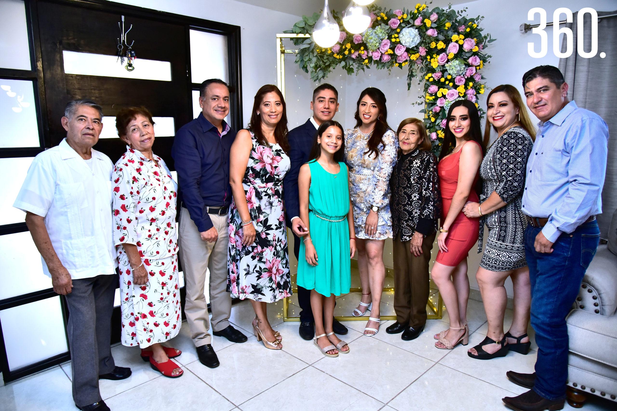 Jonathan Jiménez y Janeth Espinosa acompañados por sus familias.