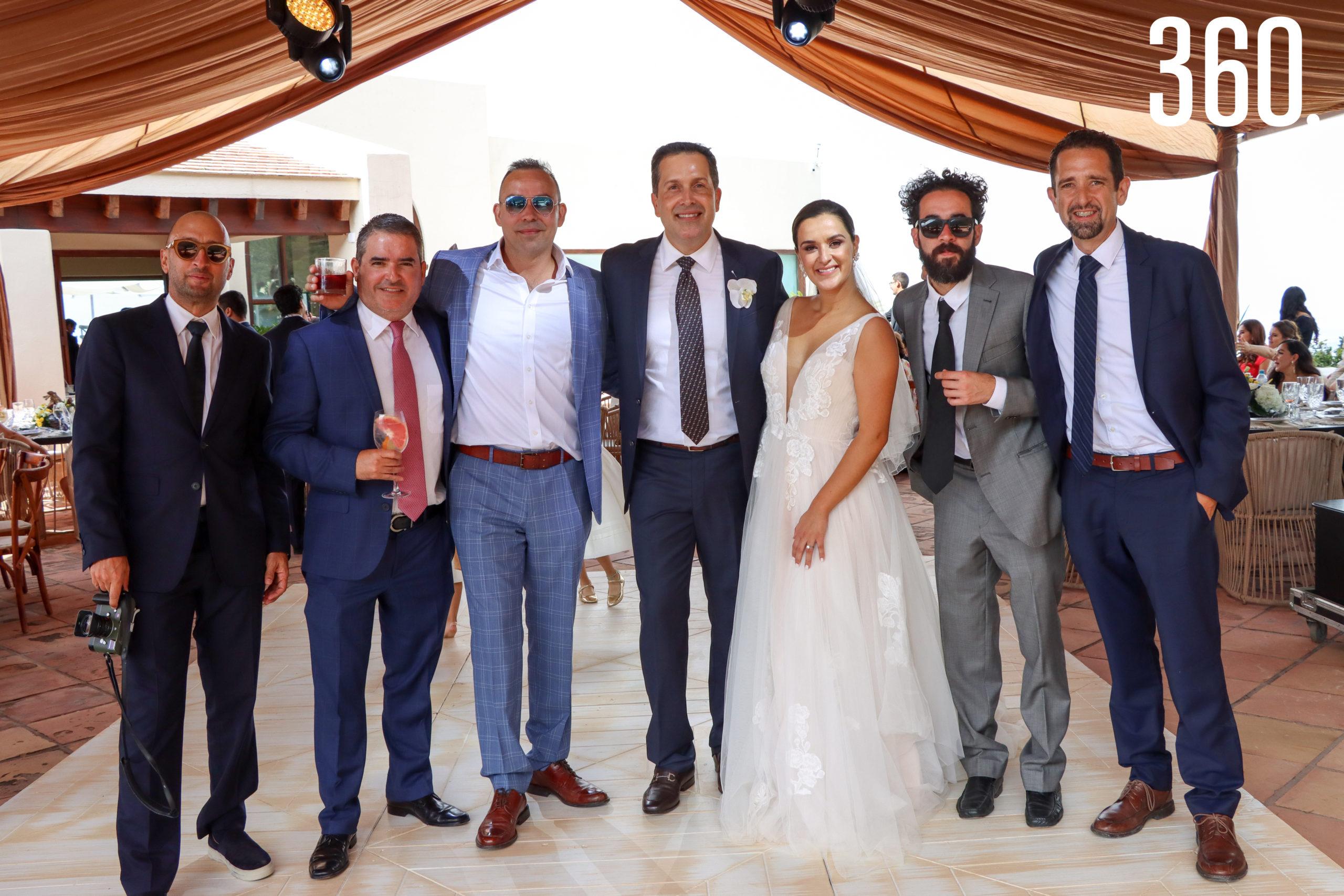 Fernando Marroquín, Carlos Morales, Guilermo Dewey, Bruno Sáenz y Onésimo Flores con los novios.