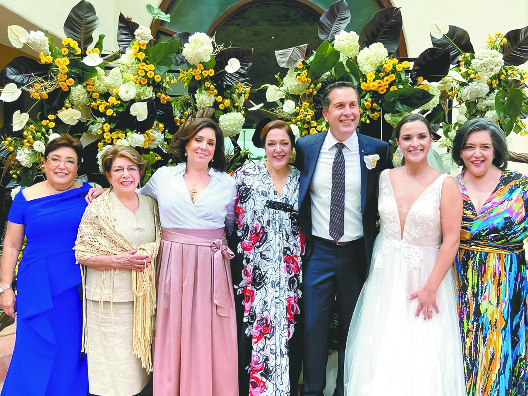 Diana Galindo de Castilla, Rosita Galindo, Luisa Fernanda, Lucía y Diana Castilla con los novios