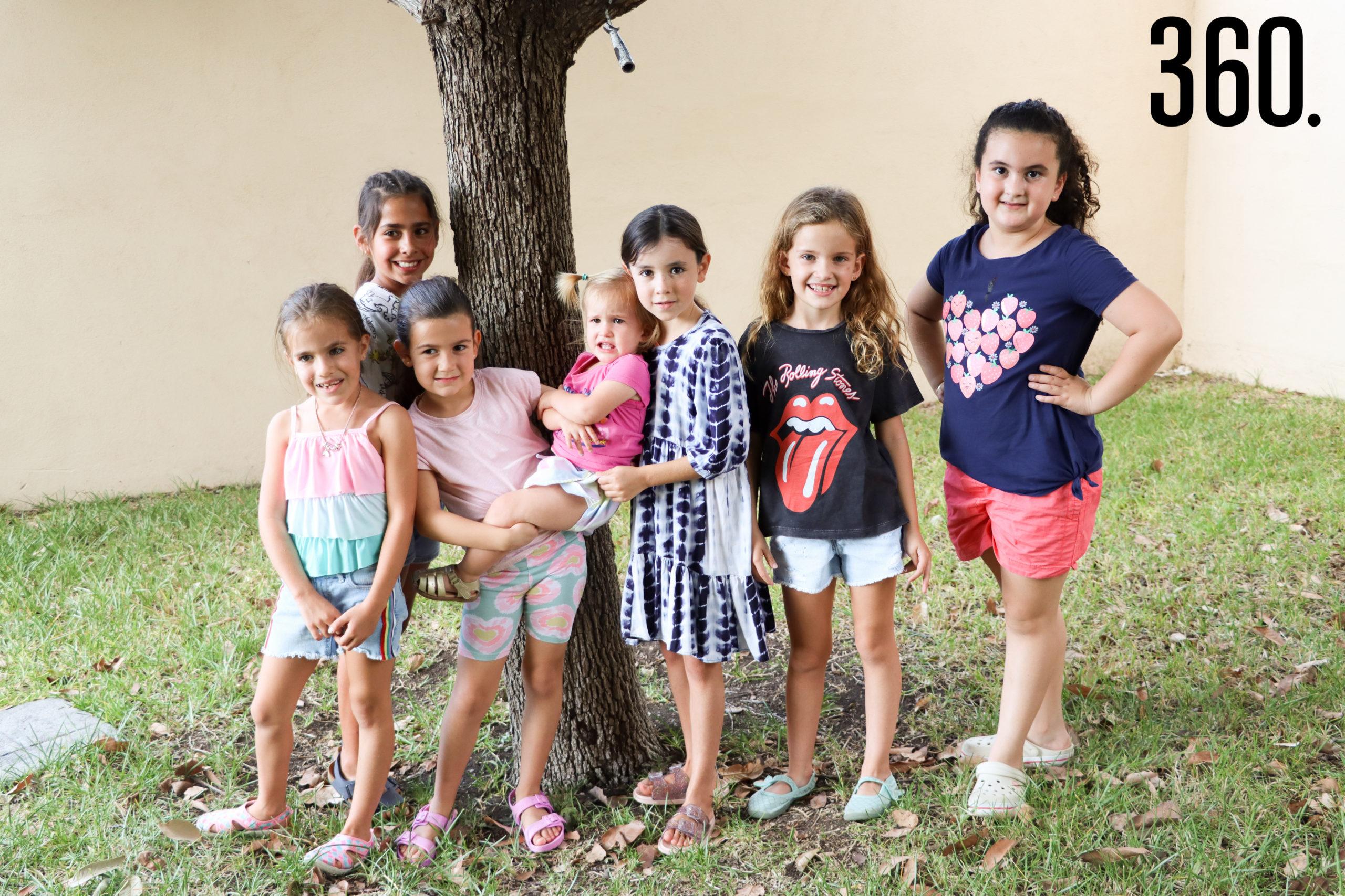 Adriana con sus amigas.
