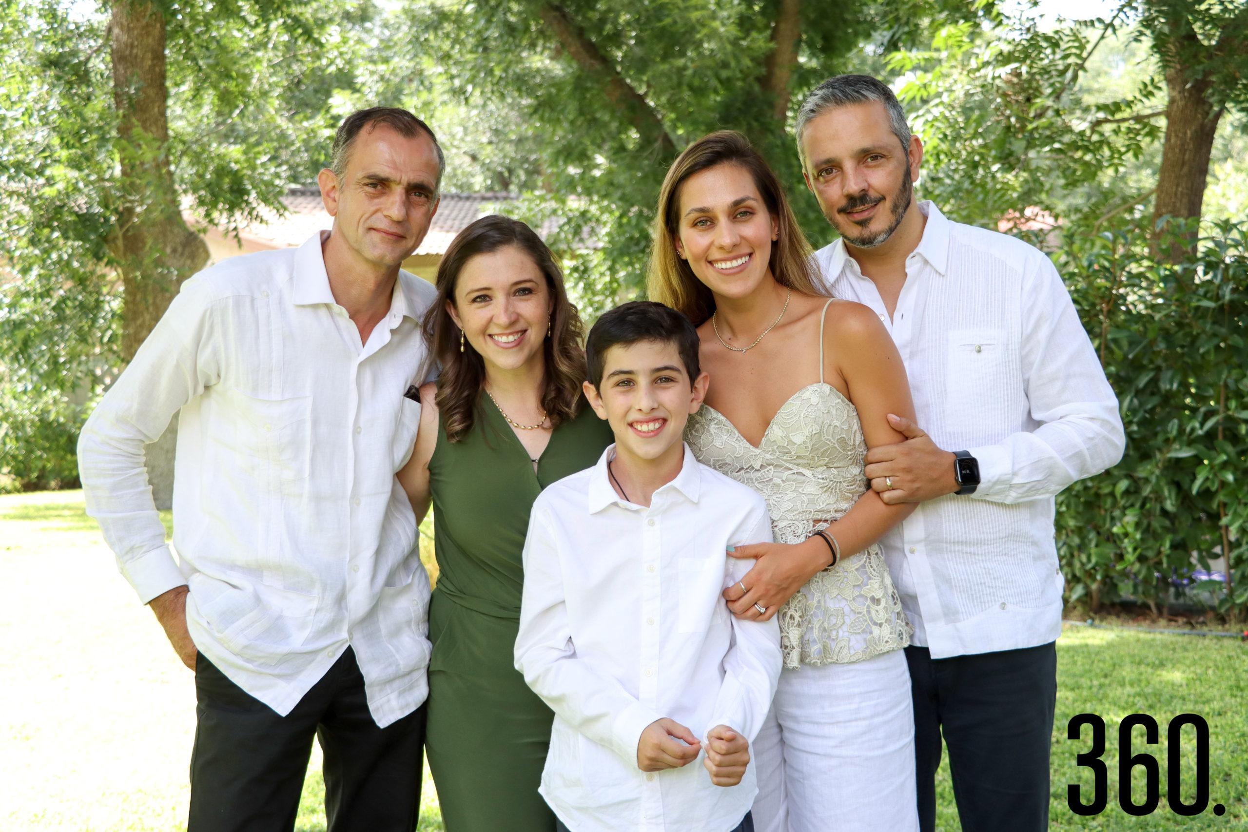 Pablo con sus padrinos, Alfonso Recio, Paulina Cordero, Estefanía Bayardo y Kerim Rahme.