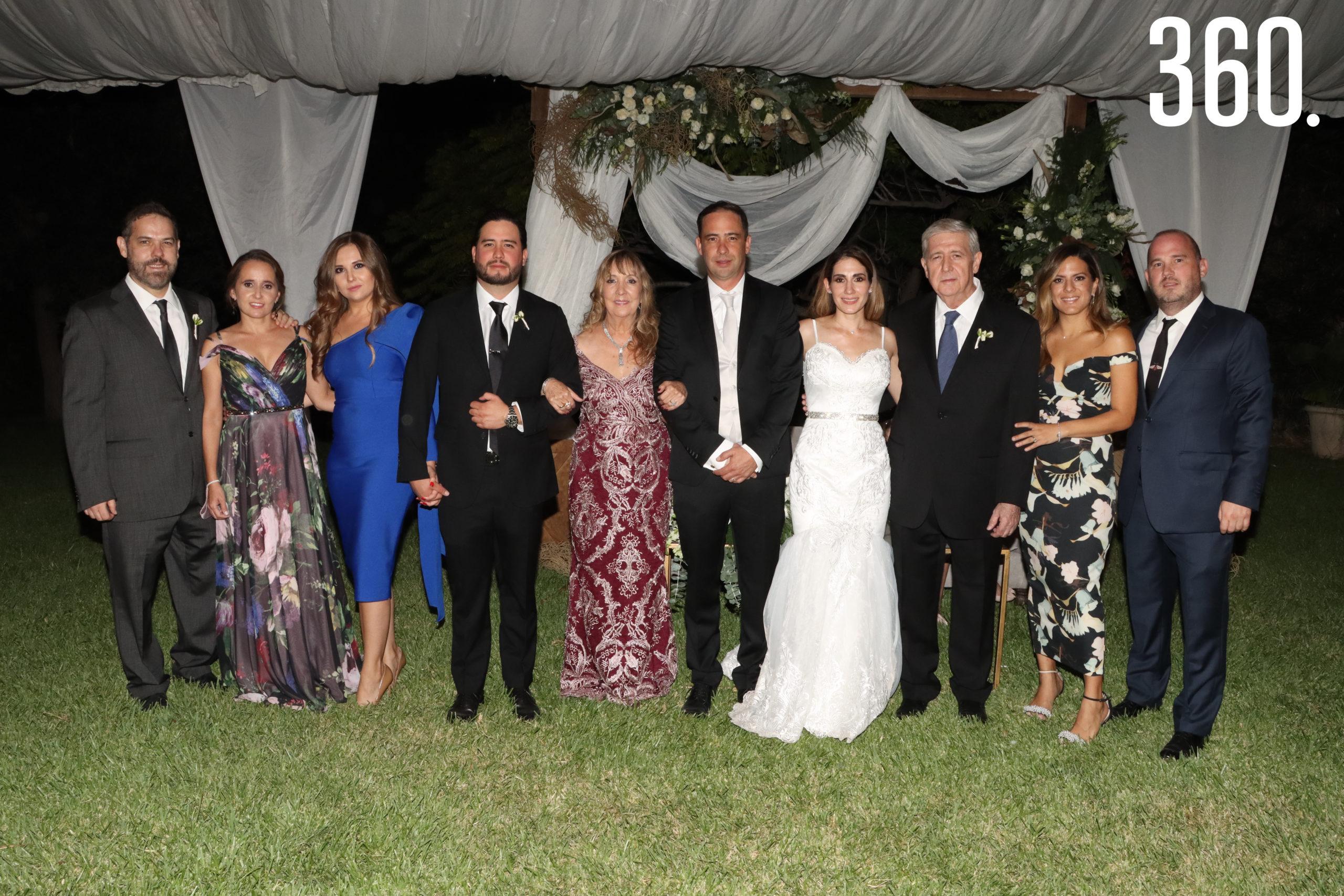 Jorge y María Alejandra acompañados por la familia del novio.