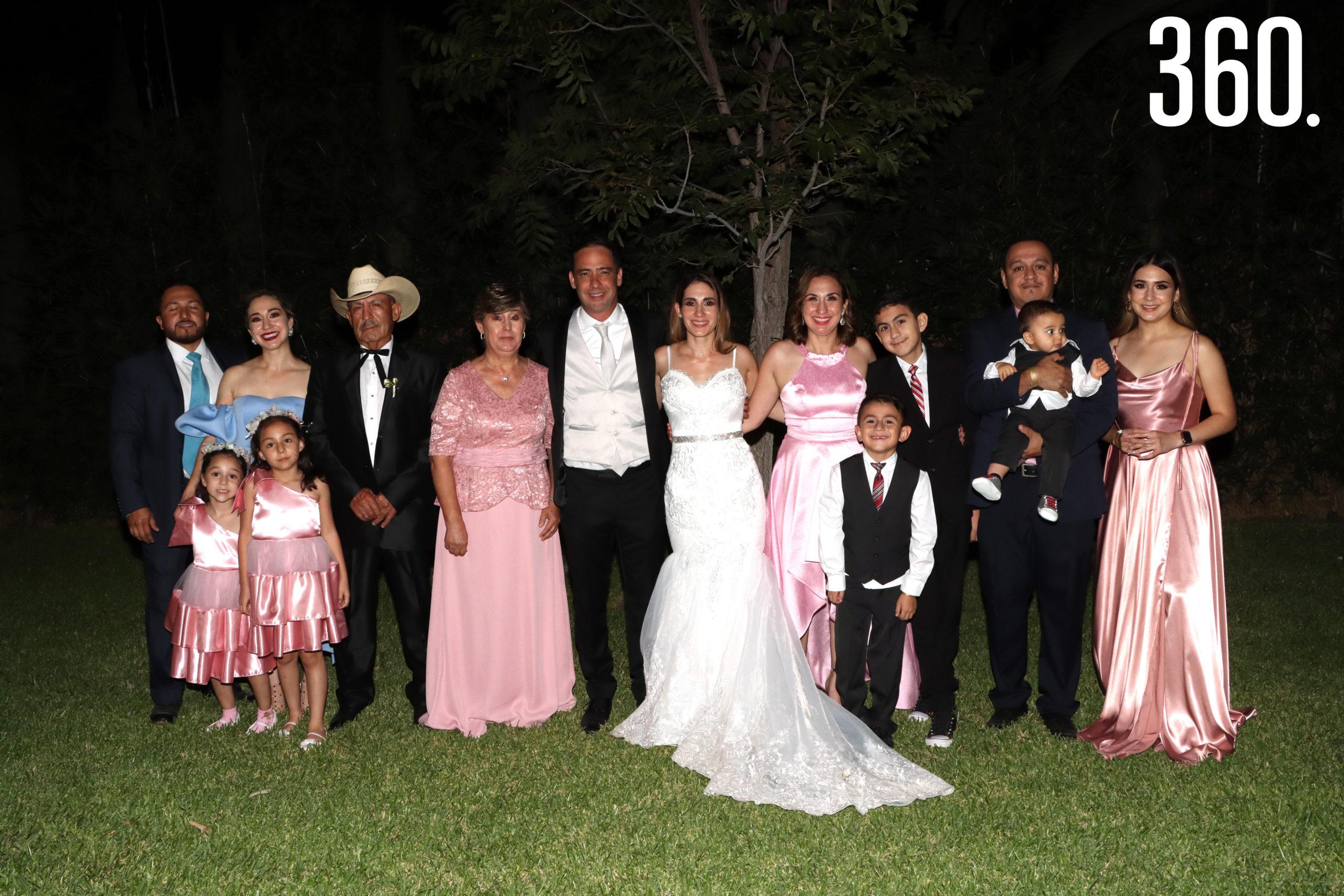 Los novios acompañados por la familia de María Alejandra de Anda Chávez.