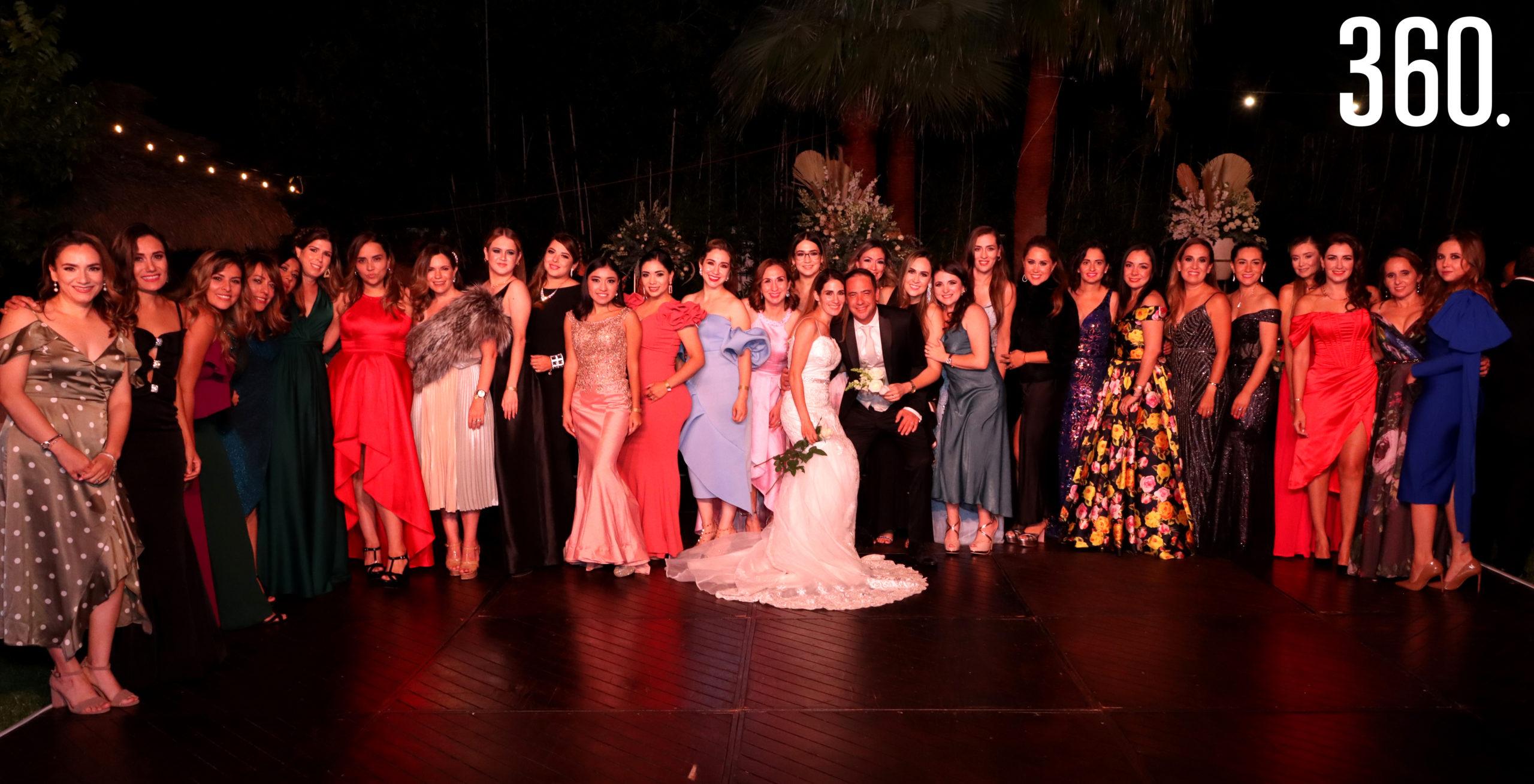 María Alejandra de Anda y Jorge Arizpe acompañados por sus amigas durante su boda realizada en la Hacienda Guadalupe, en Bella Unión.