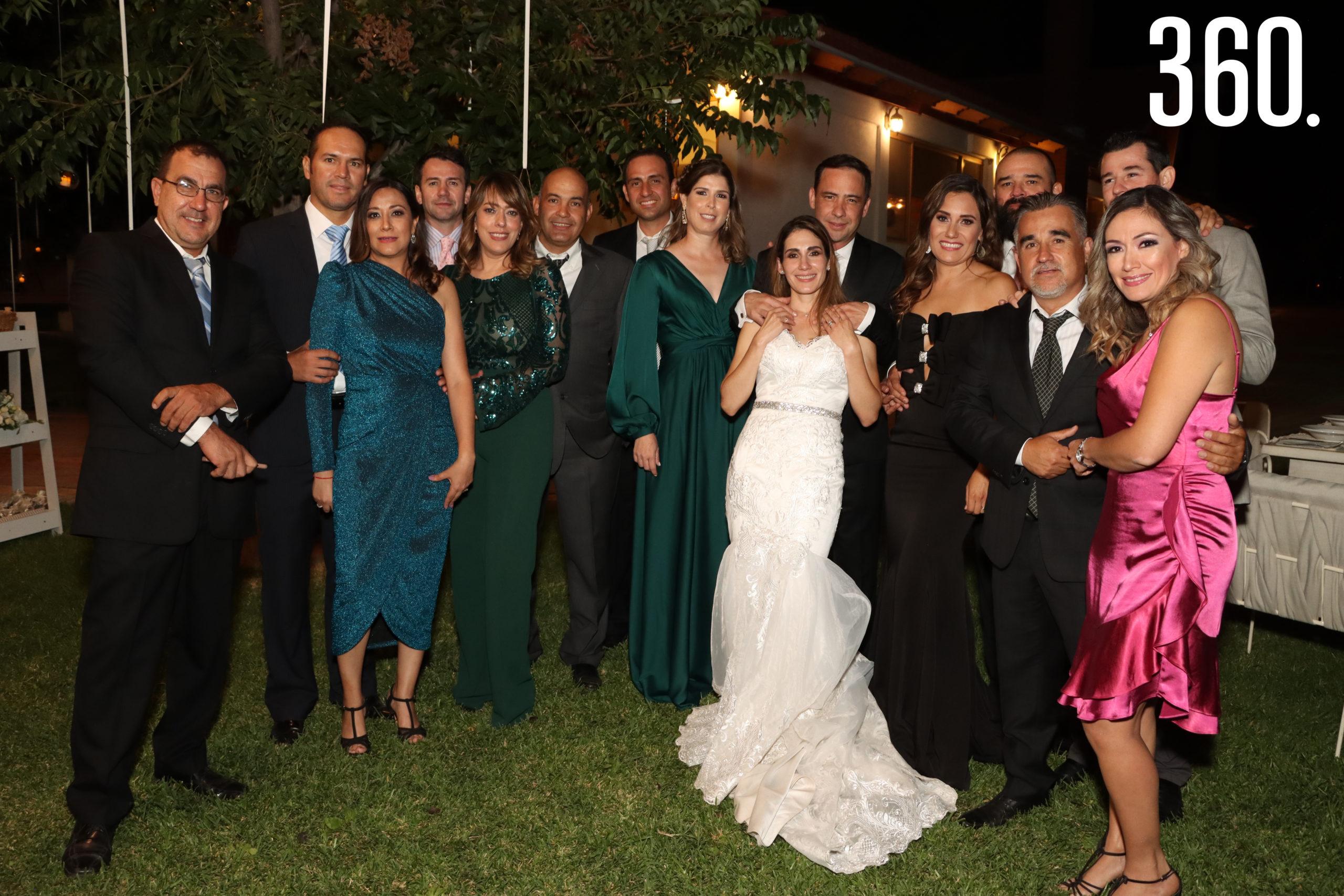 María Alejandra y Jorge acompañados por sus amigos y amigas.