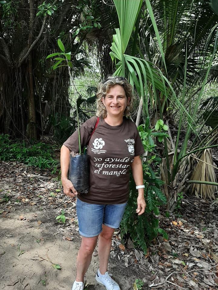 En Oaxaca, reforestando el manglar de La Ventanilla.