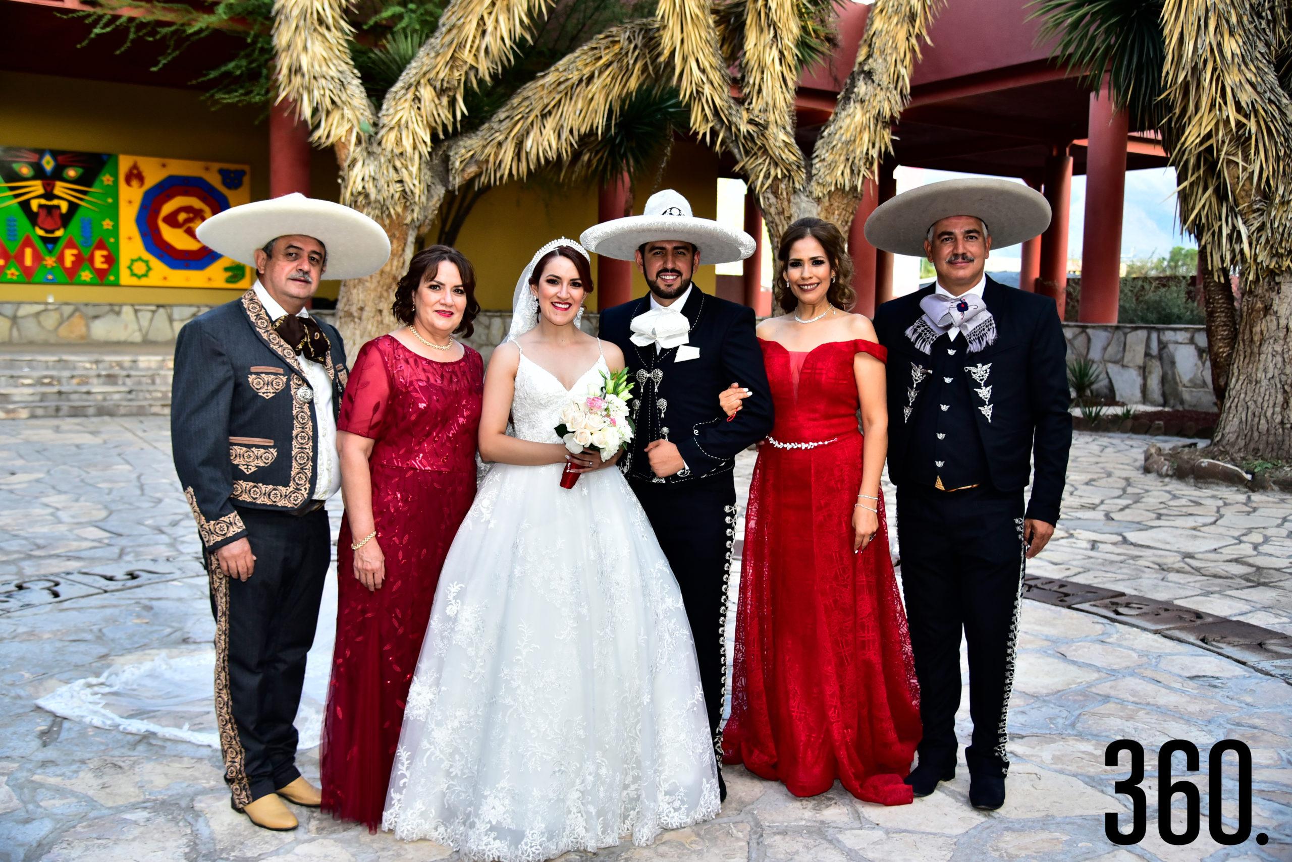Los novios con sus papás, Carlos Flores y Luz del Carmen Rodríguez, María de Jesús Valles y Gabriel Ríos.