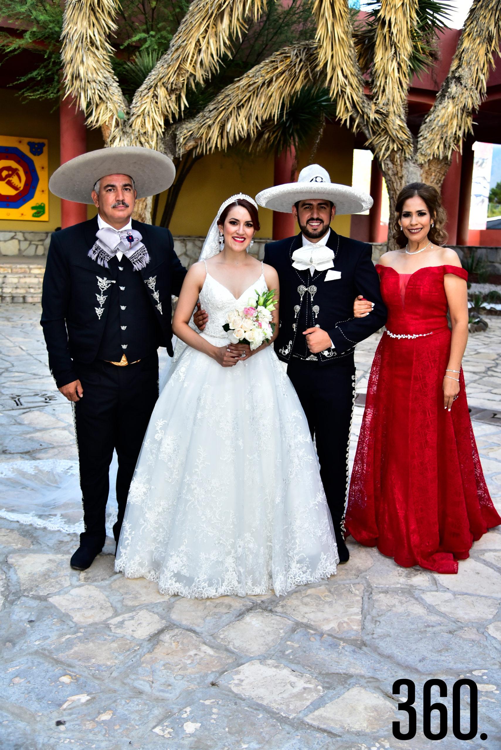 Valeria Flores Rodríguez y Rudiger Gabriel Ríos Valles con sus papás María de Jesús Valles y Gabriel Ríos.
