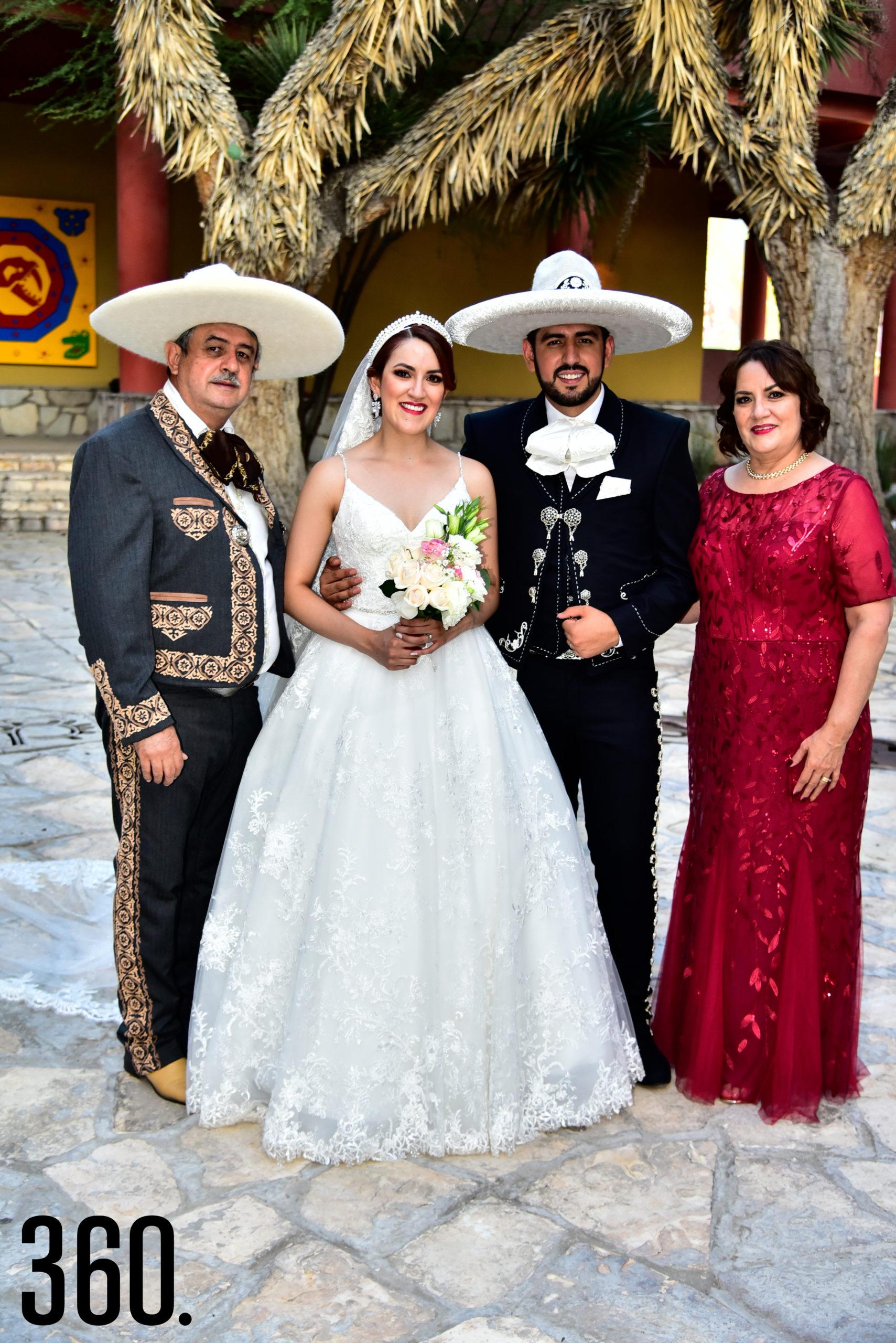 Rudiger Gabriel Ríos Valles y Valeria Flores Rodríguez con sus papás Carlos Flores y Luz Del Carmen Rodríguez.