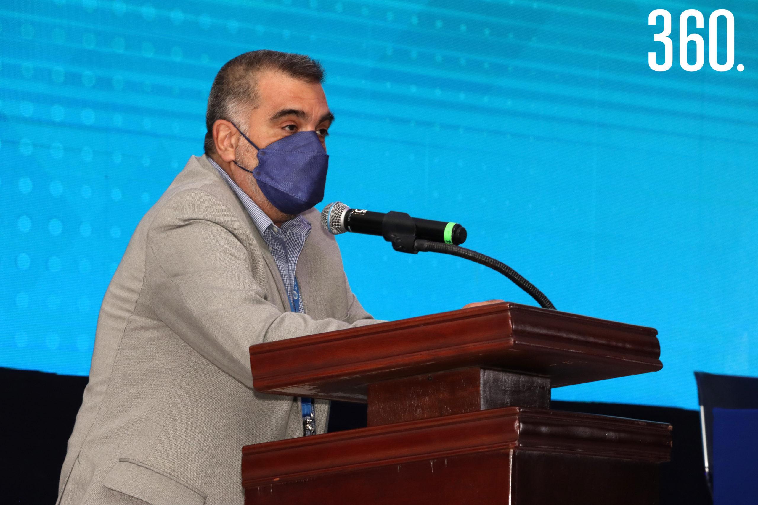 El director general, Gilberto Armienta, felicitó a los becarios por su entrega y esfuerzo.