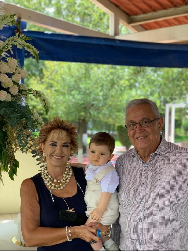 Argelia de la Fuente y Heriberto Fuentes con su abuelo Heriberto Fuentes.