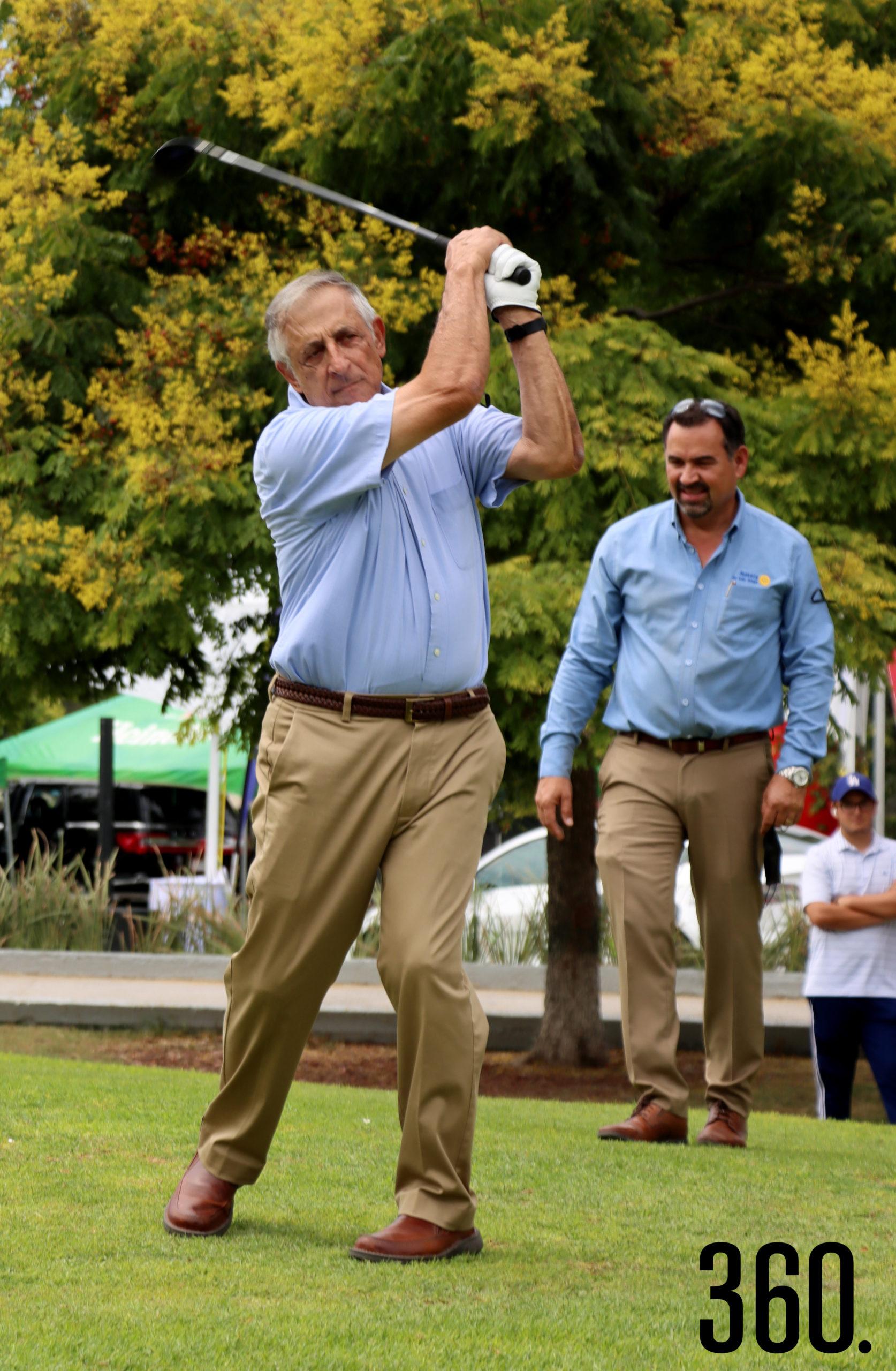 Carlos Mery Milán dio el golpe de salida inaugural del 35º. Torneo de Golf Jugando para Ayudar que llevó su nombre.