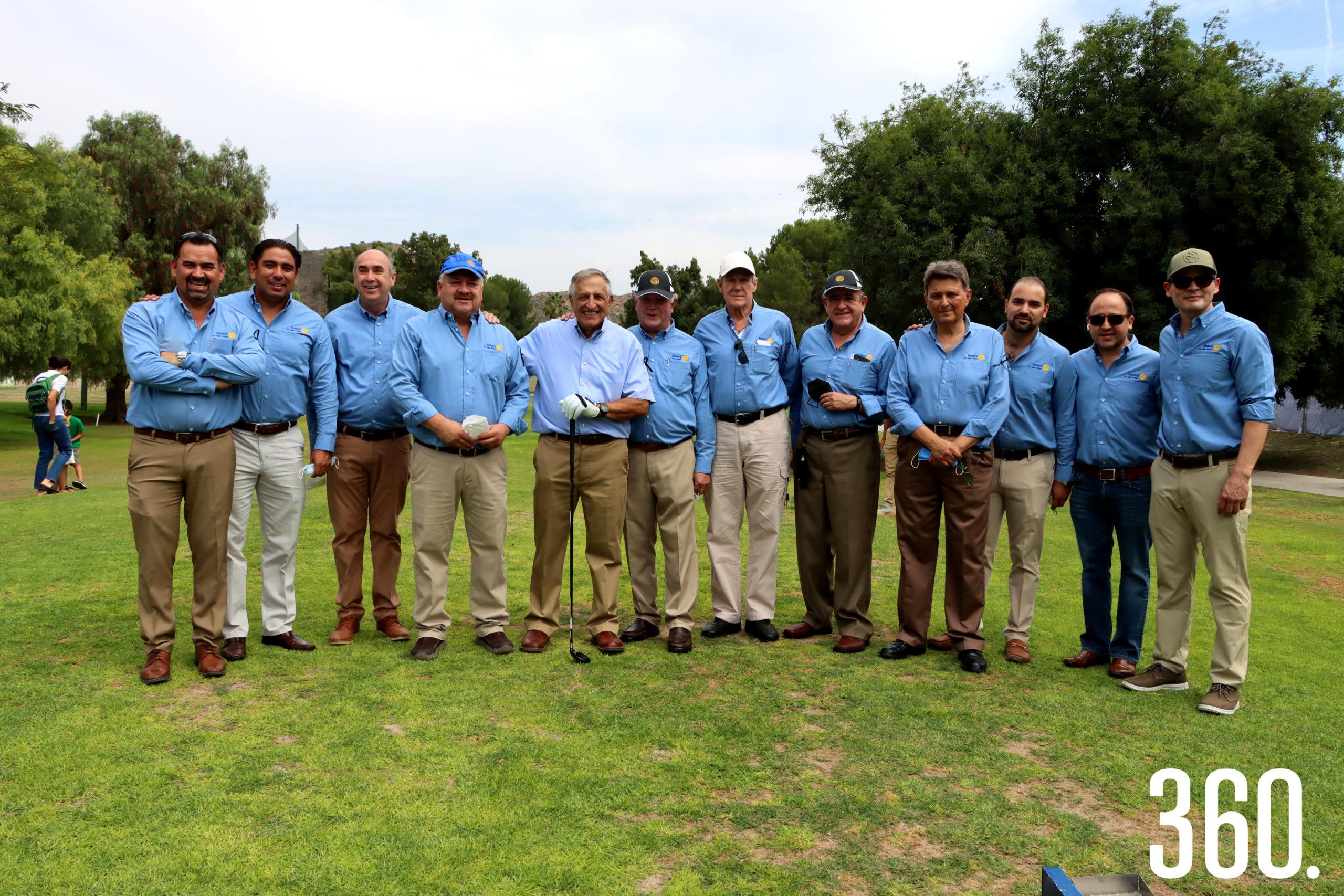 Carlos Shwetzer presidente del club, Alberto Lara presidente del torneo y los integrantes del Club Rotario Saltillo de Valle Arizpe con el homenajeado Carlos Mery Milán en la salida hacia el hoyo #1