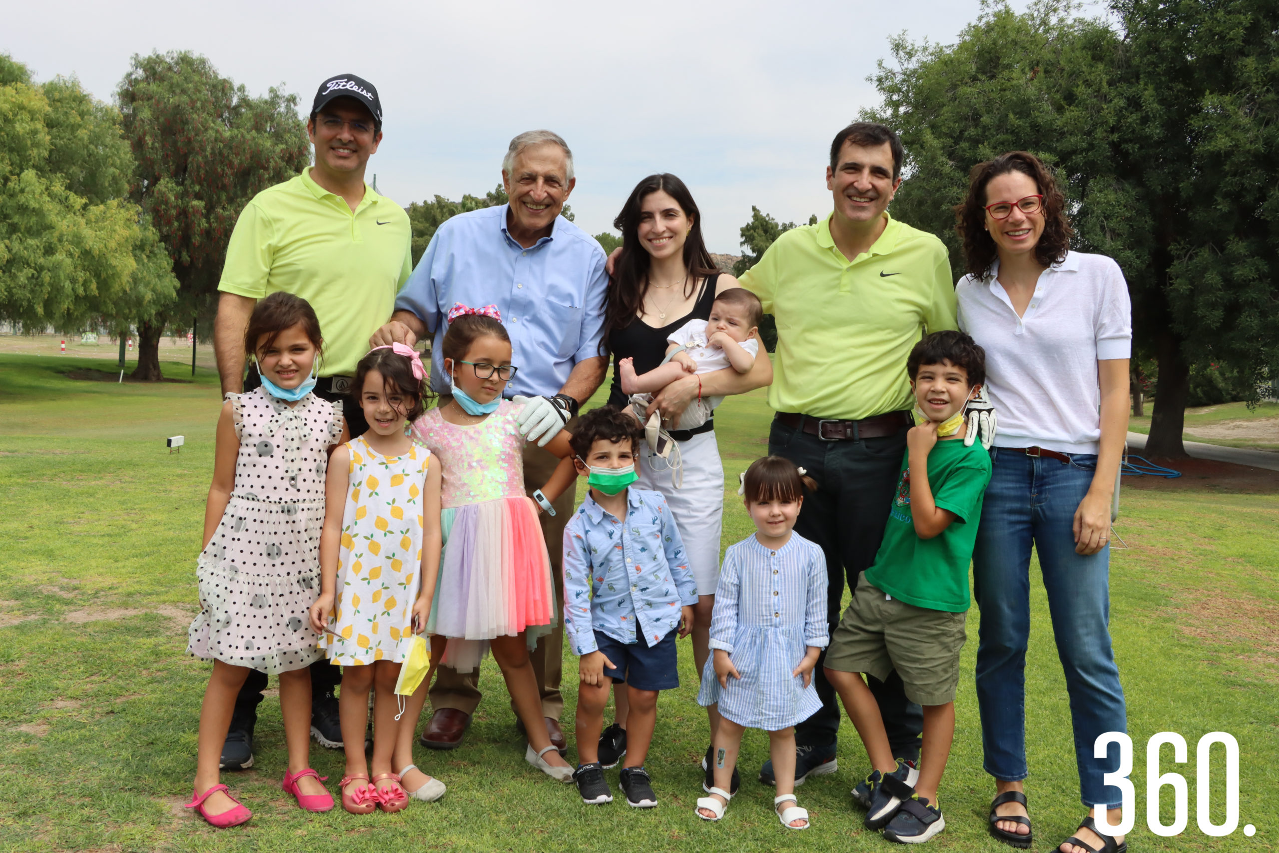 Carlos Mery Milán acompañado por sus hijos Ramón, Carmina y Carlos; su nuera y sus nietos.