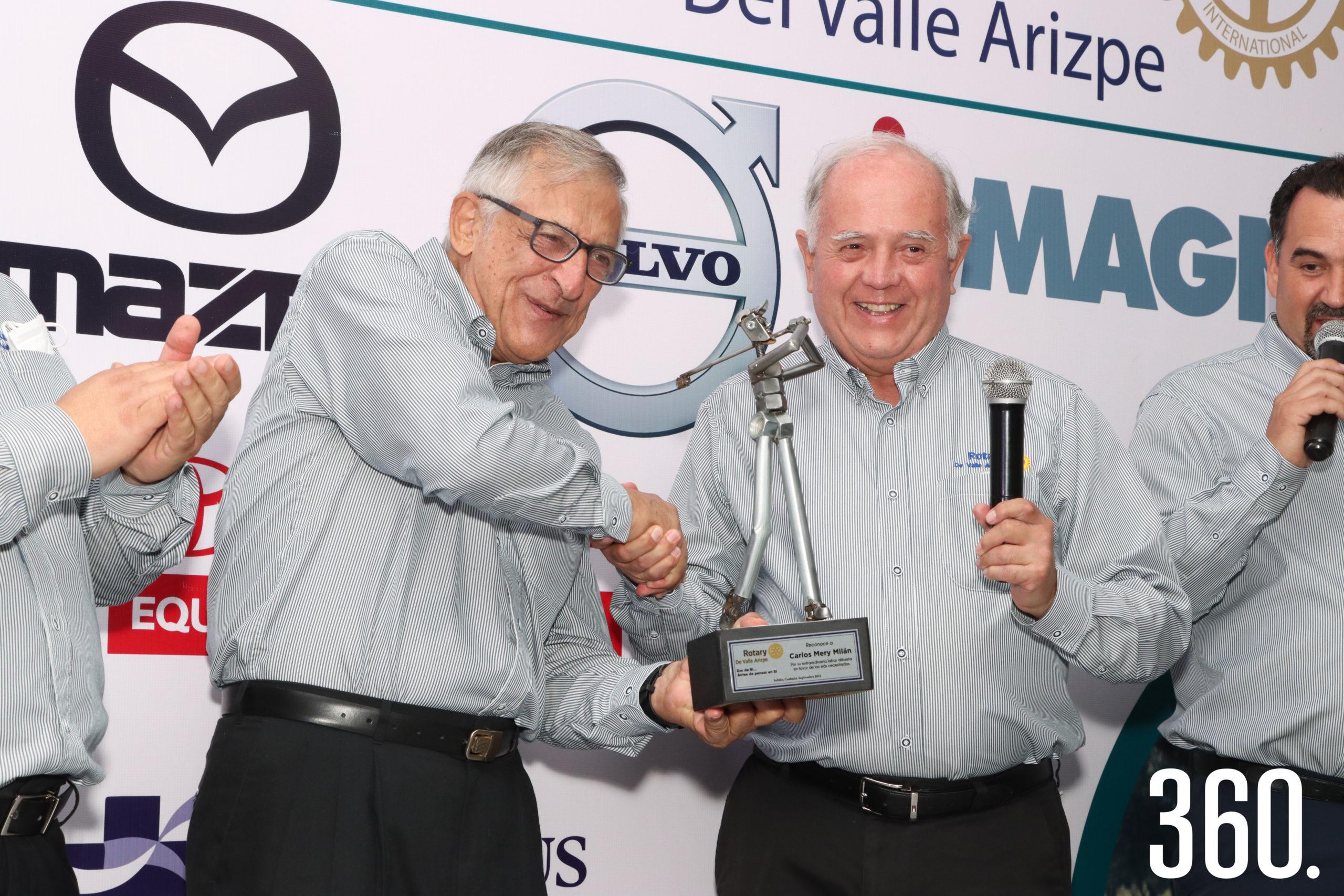 Carlos Mery Milán recibió el trofeo de manos de Carlos Shwetzer presidente del club rotario