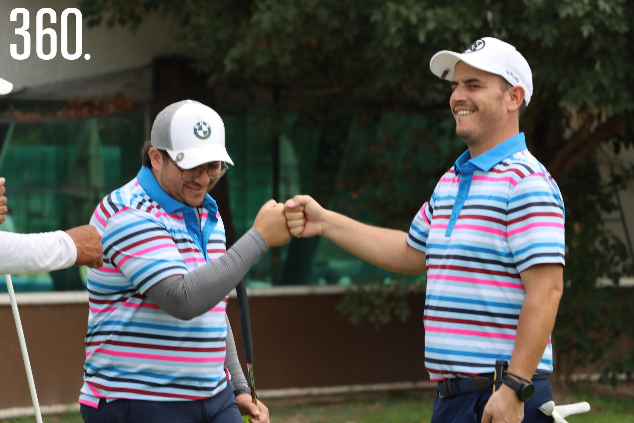 Ángel Espinoza y Ricardo Gómez después de concretar un birdie en el hoyo 8.
