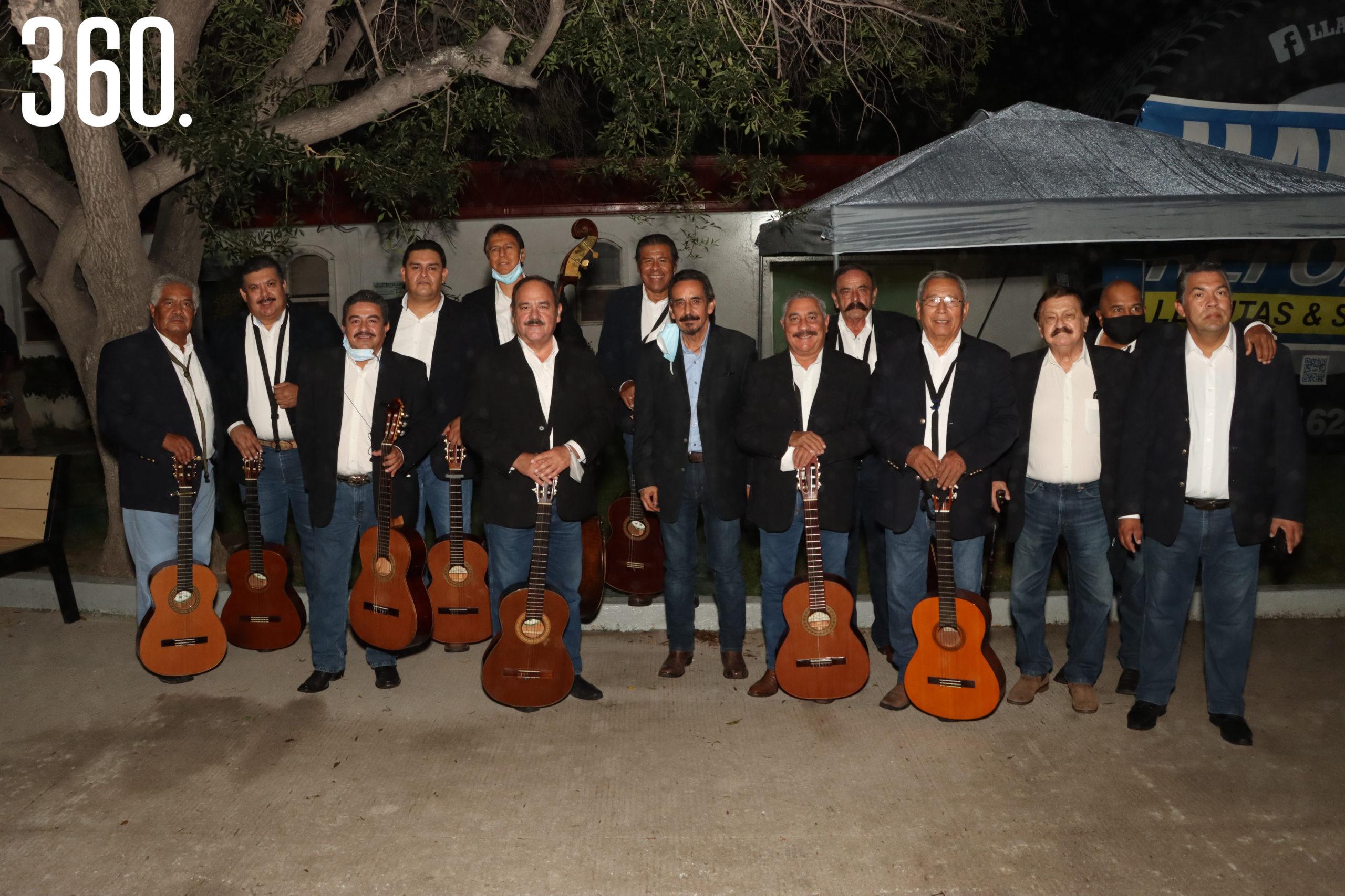 Los ex integrantes de la Rondalla de Saltillo se presentaron de sorpresa para homenajear a su ex director y fundador Carlos Mery Milán.