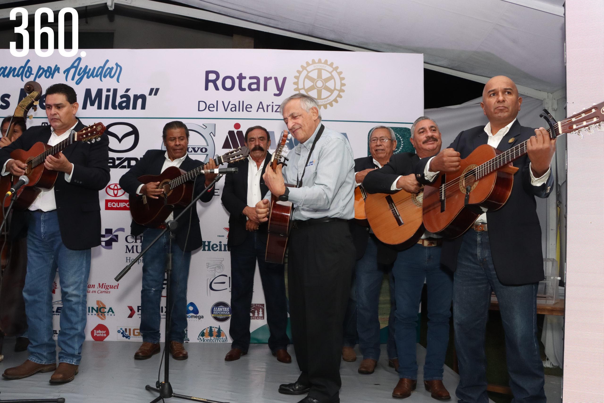 Carlos Mary Milán dirigió a los ex integrantes de la Rondalla de Saltillo.