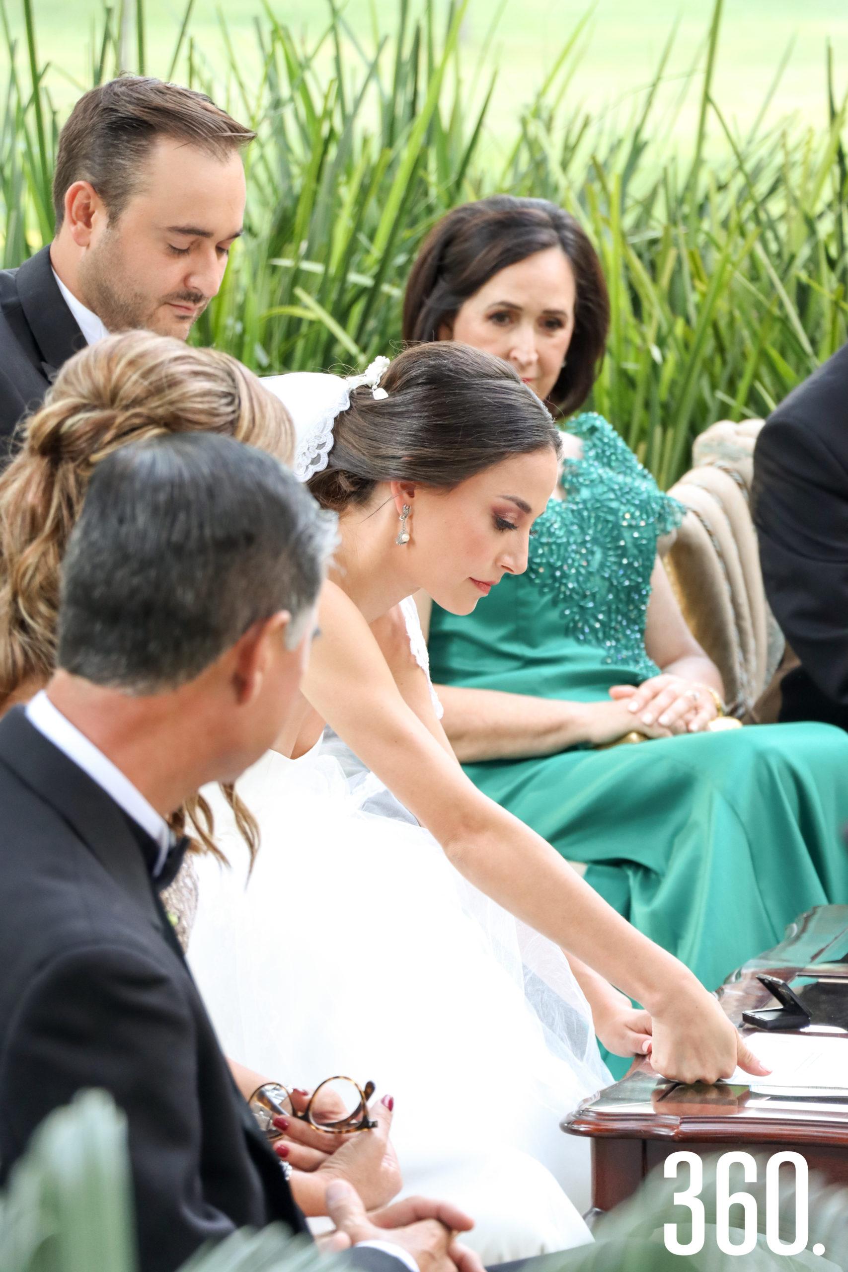 María Gabriela poniendo su huella en el acta.