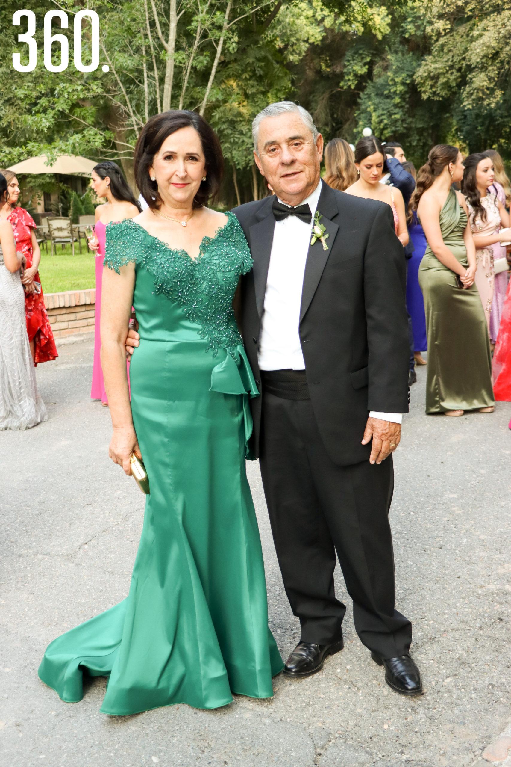 María Alicia López y Manuel Diego, padres del novio.