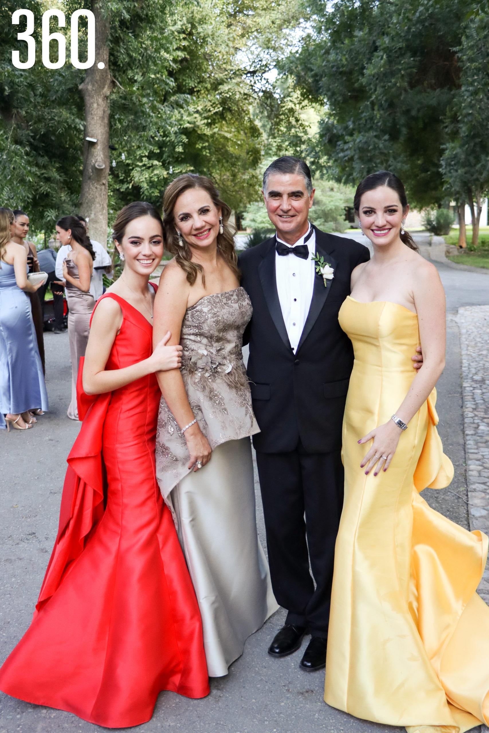 Daniela Morales, Silvia de la Peña, Marco Antonio Morales y Silvia Morales, hermanas y padres de la novia.