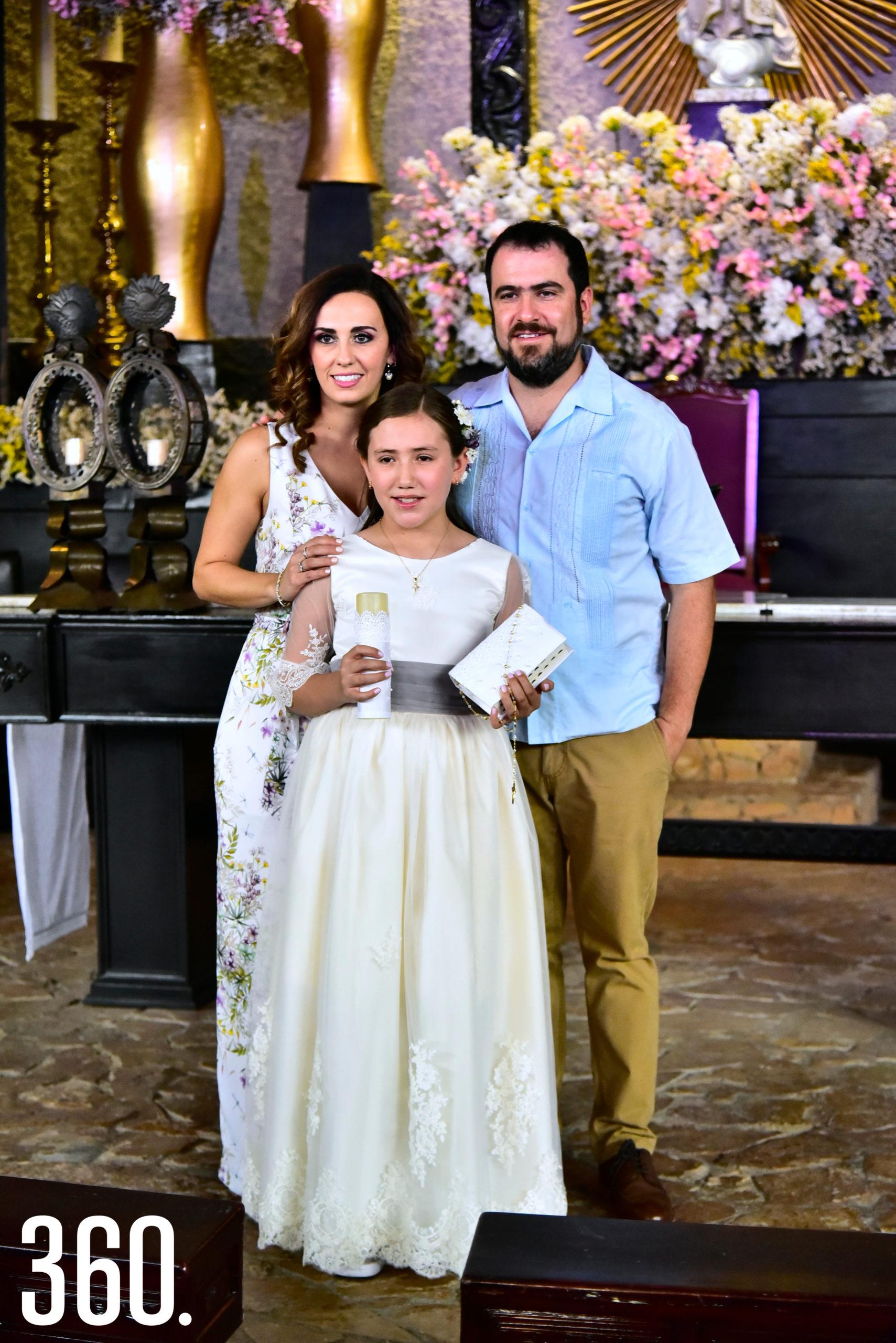 Jaqueline González Ramos con sus padrinos: Magda Mohamar y Alejandro González.