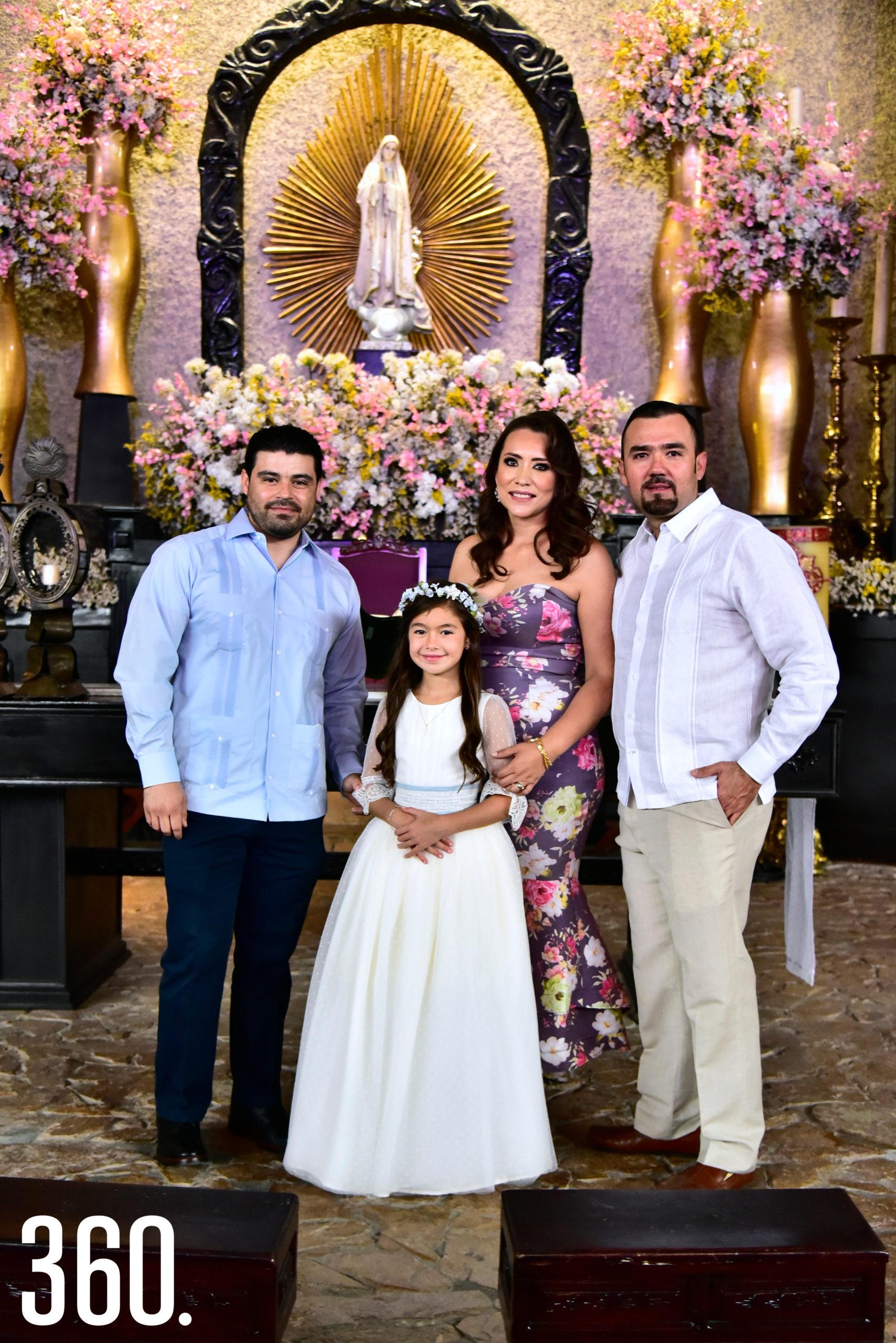 Lizy Martínez Flores con sus padrinos: Carlos Martínez Alvarado, Ingrid Ramos Aguilar y Raúl González Cárdenas.