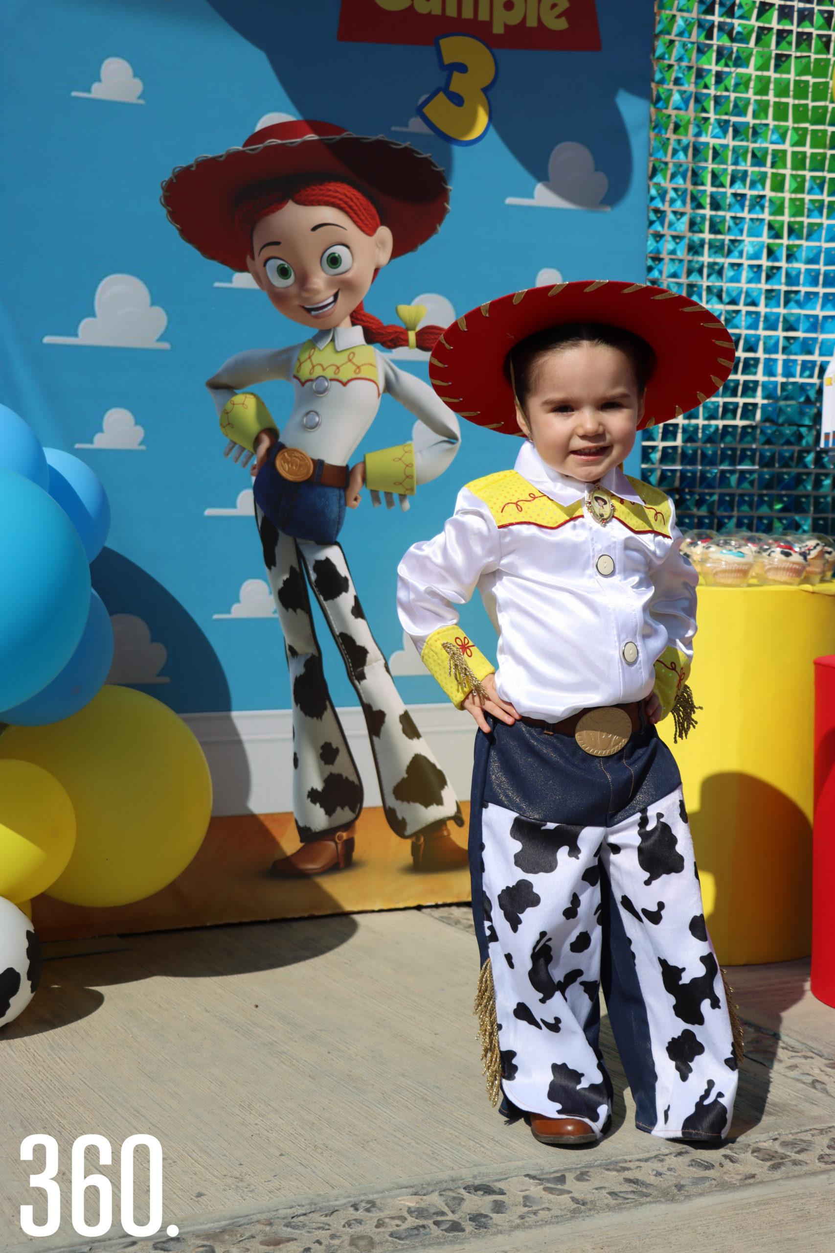 """Vestida como """"Jessy"""", de Toys Story, Ana Lilia Rodríguez Cardoso celebró su tercer aniversario con una caravana."""