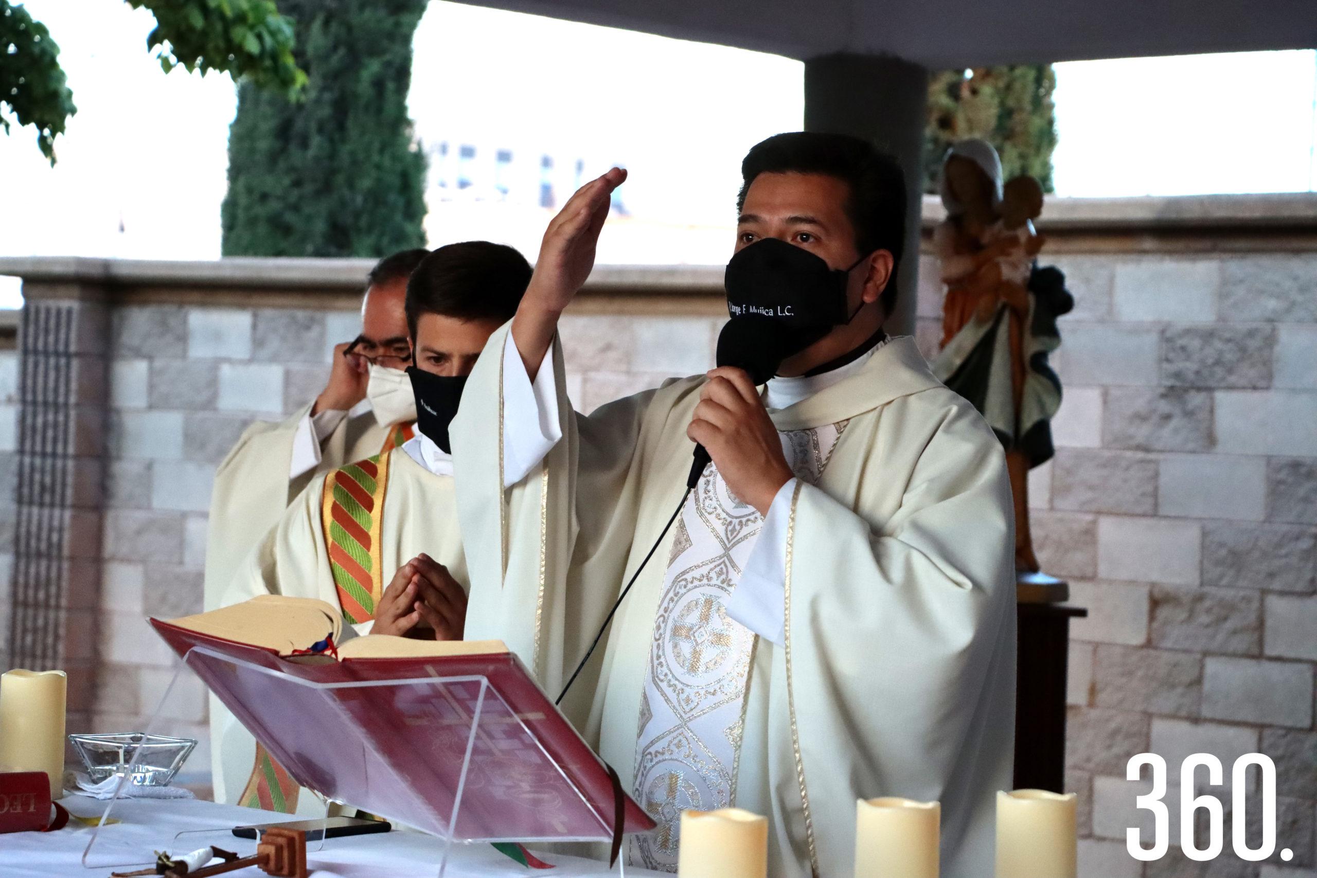 El padre Jorge Enrique Mujica L.C., ofició su misa de despedida acompañado por las integrantes de la sección de señoras del Grupo Regnum Christi.