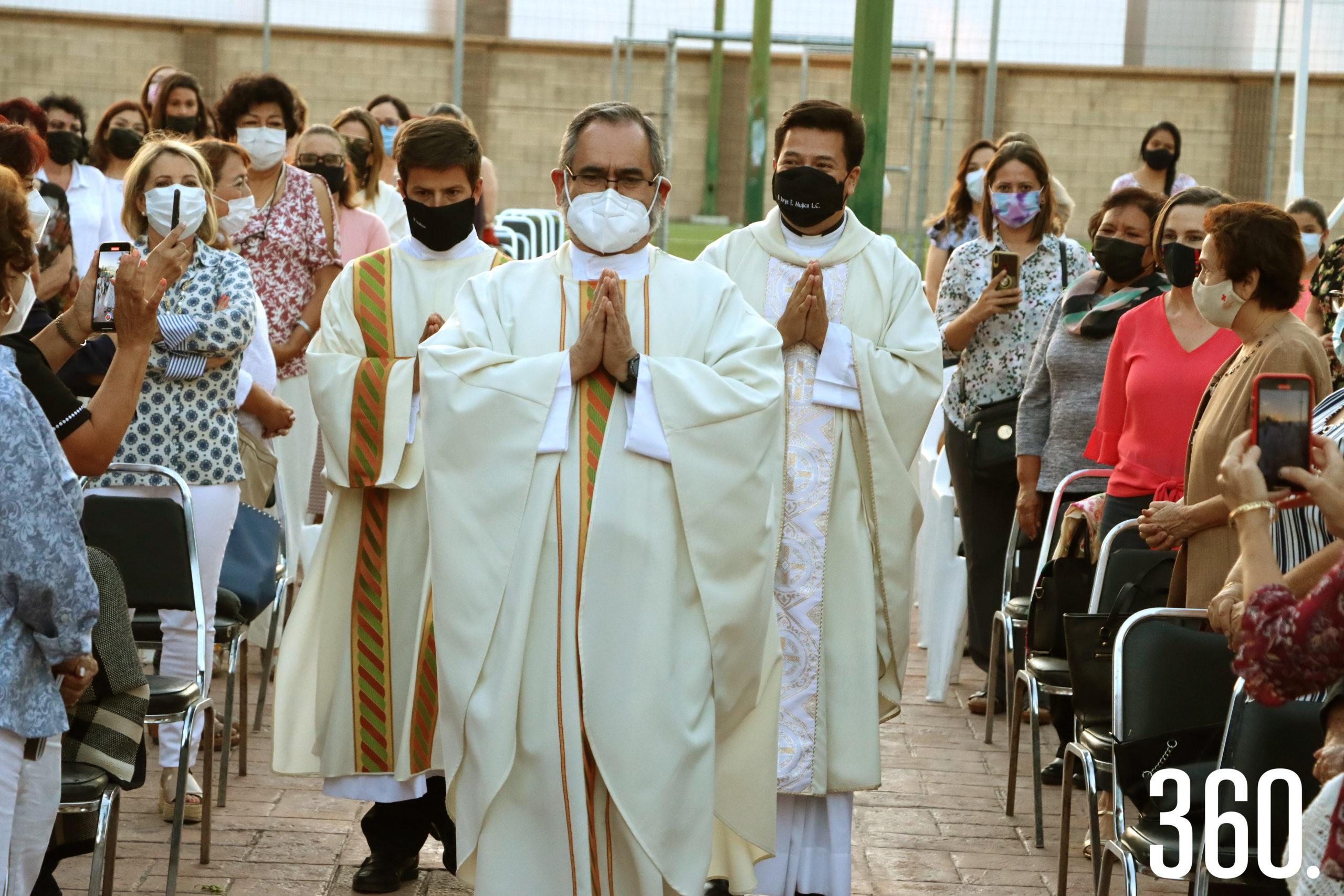 Los padres Michel Parker, Fernando Torres y Jorge Enrique Mujica L.C., concelebraron la misa de despedida realizada en el Club Timón.