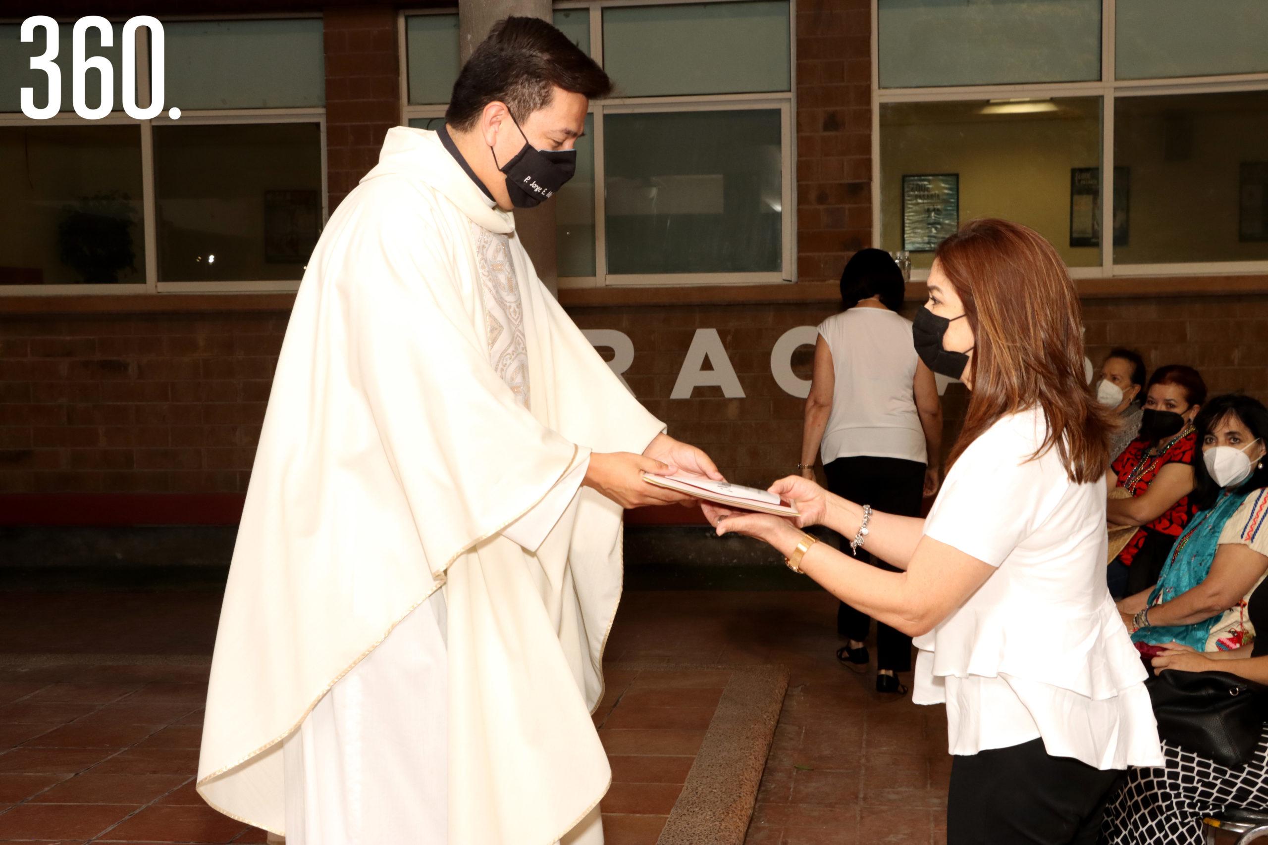 El padre Jorge Enrique Mujica L.C. recibió el Ramillete Espiritual de manos de Isabel Campos.