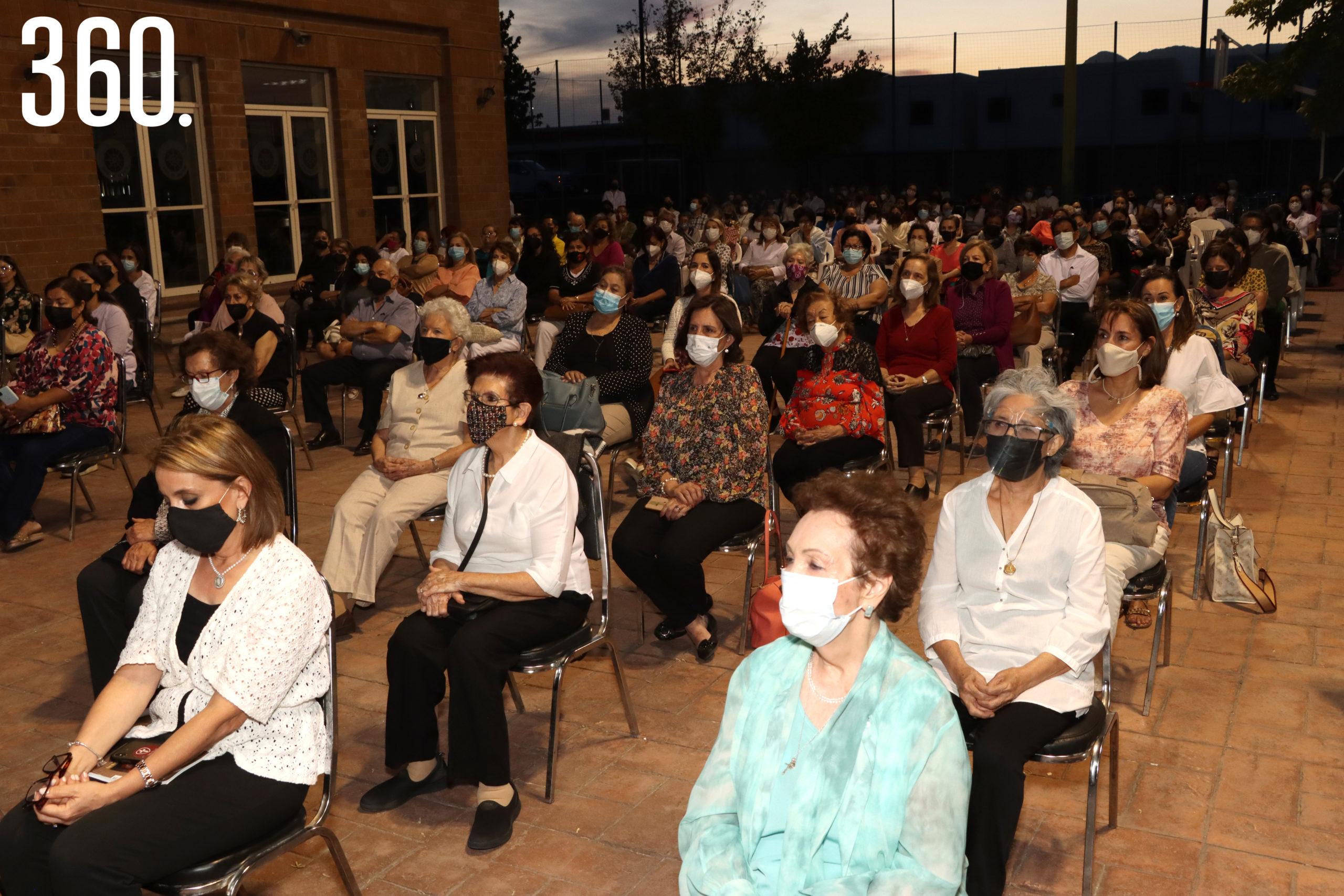 Las integrantes del Regnum Christi acudieron a la misa de despedida del padre Jorge Enrique Mujica L.C., quién estuvo a cargo de ellas por 6 años.