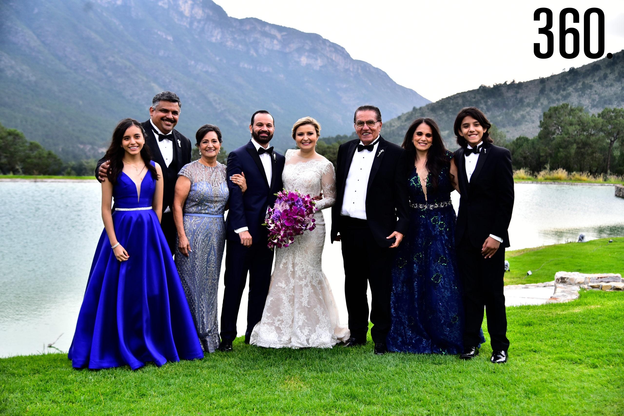 Los novios acompañados de su familiares y amigos