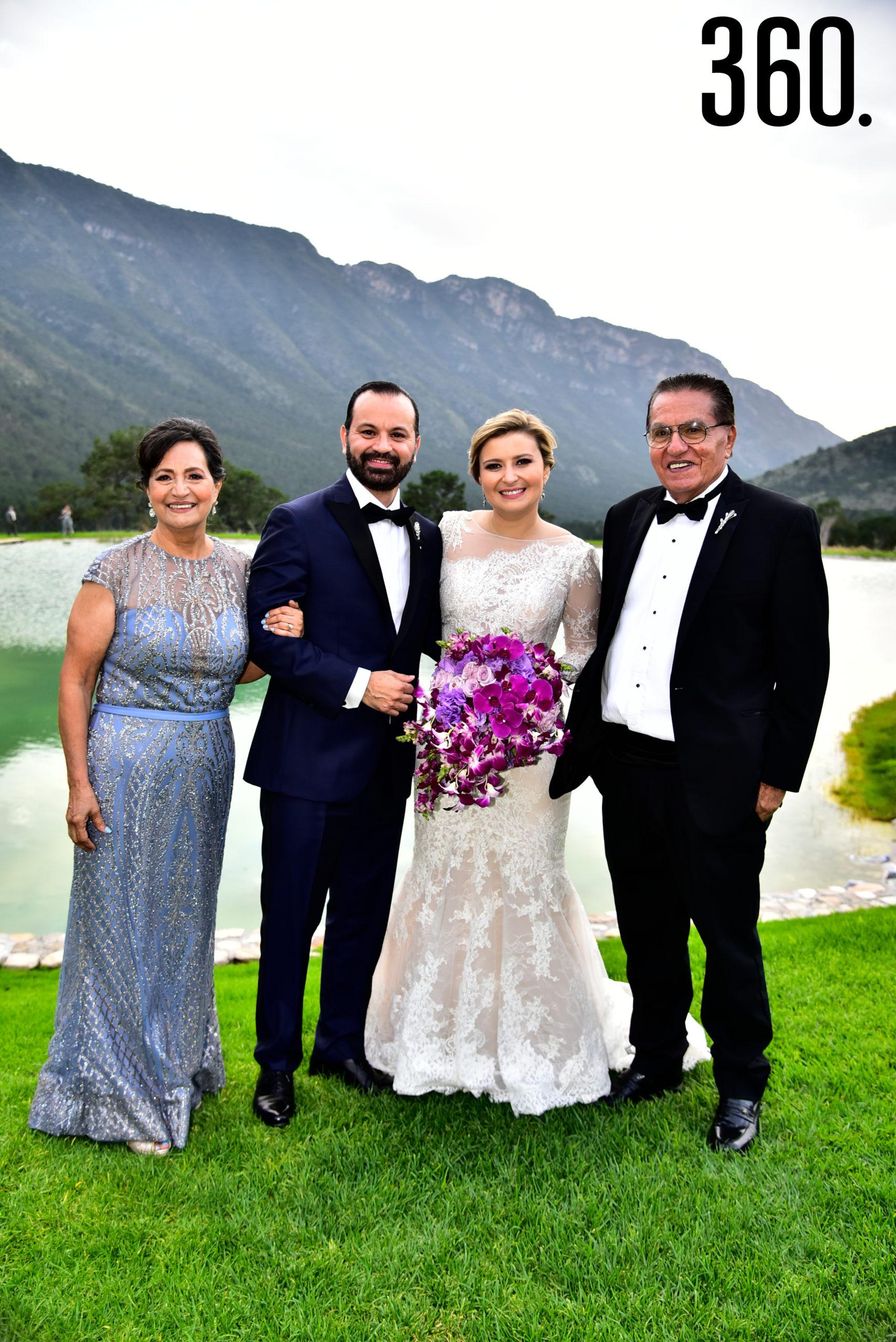 Cecilia de la Garza Martínez y Fernando González Hidalgo con sus papás.