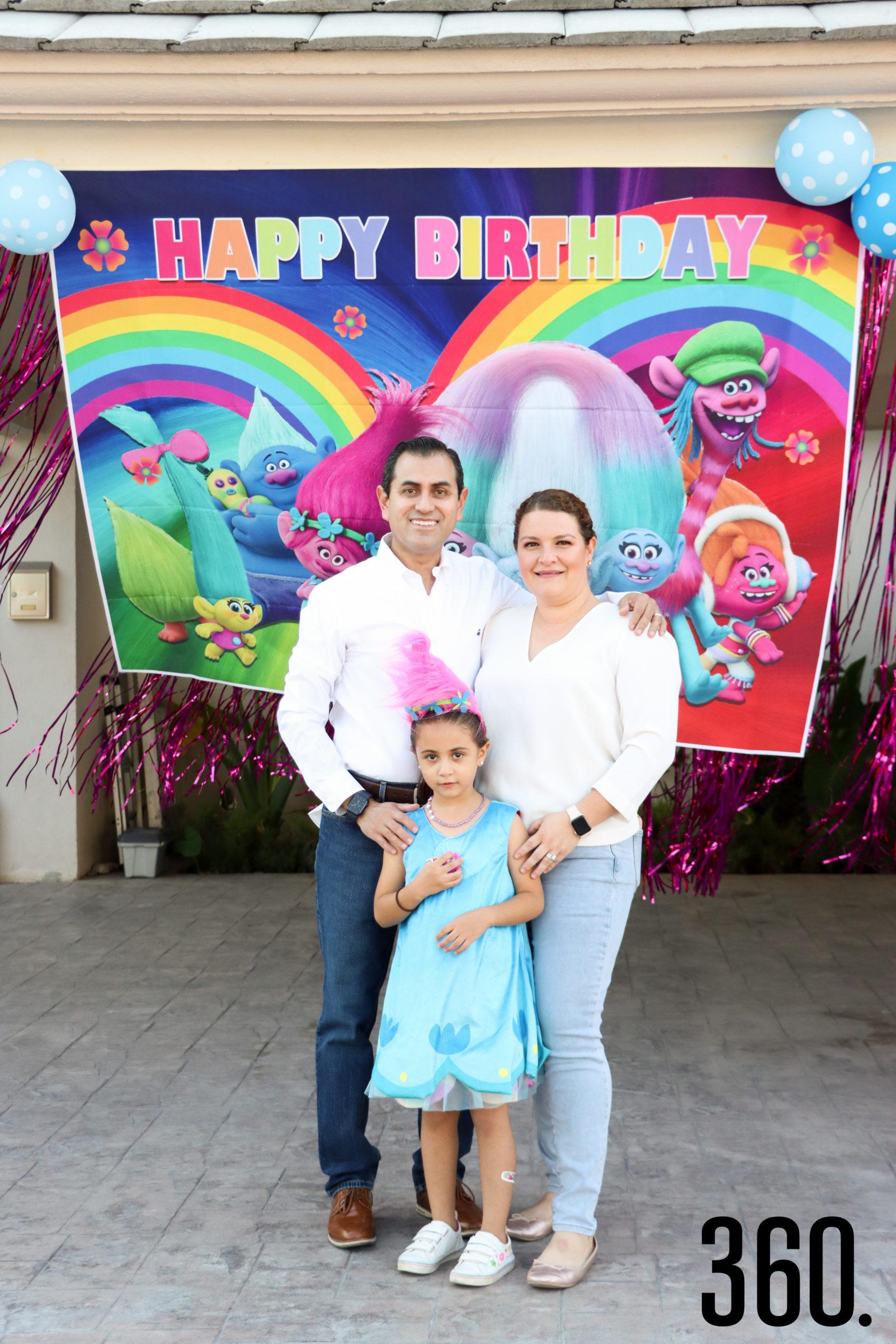 Valeria con sus padres, Gilberto Martínez y Lorena Paz.