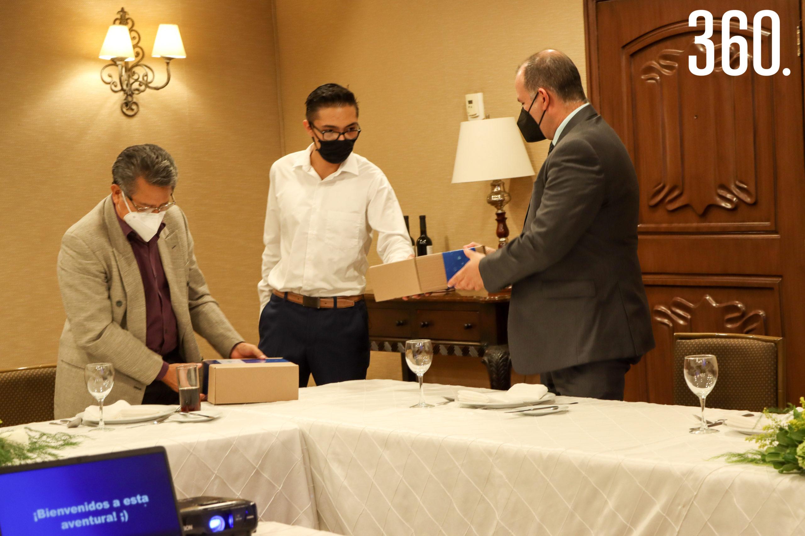 Los doctores recibiendo un chaleco especial por ser parte de este nuevo proyecto.