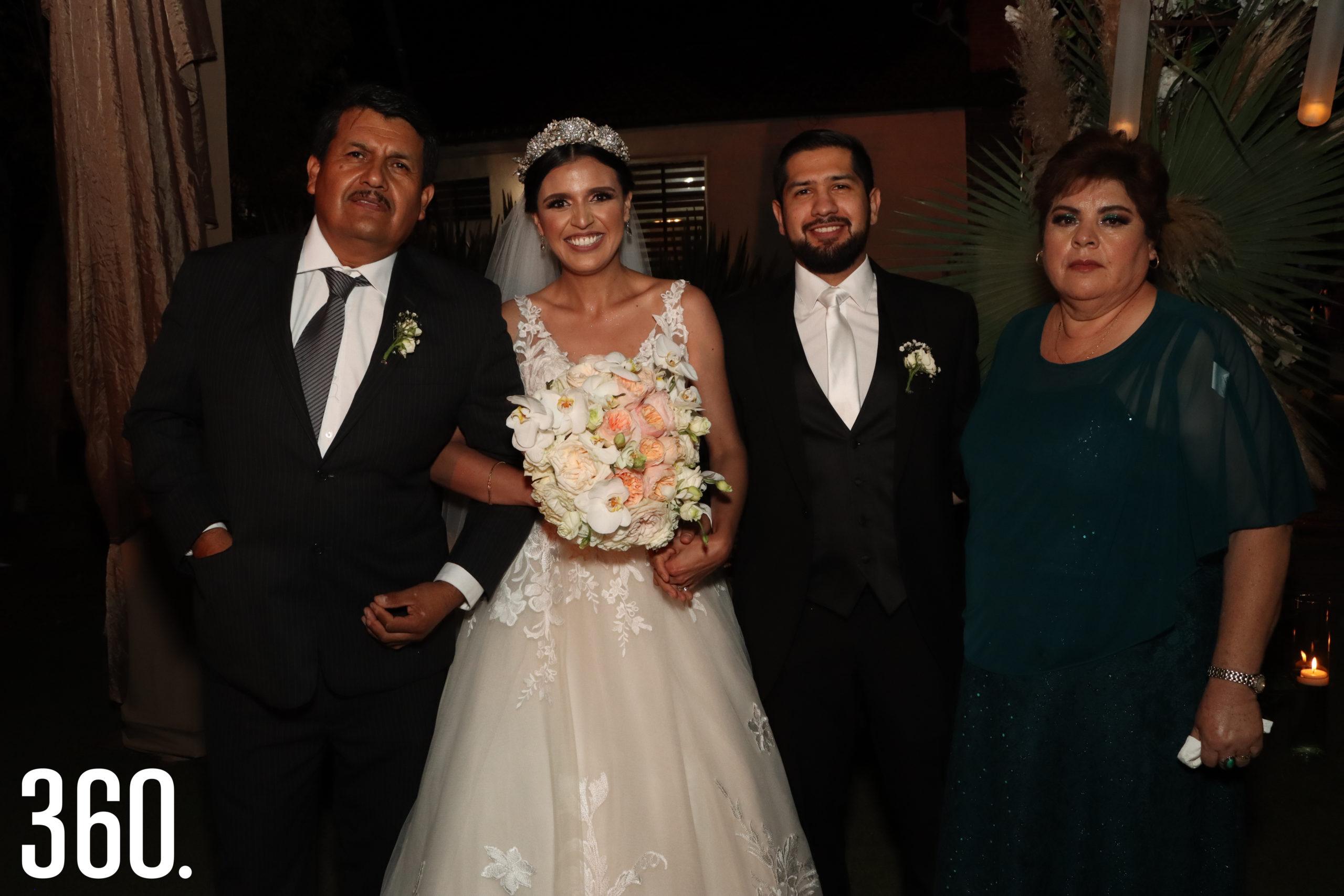 El recién integrado matrimonio Mendoza García con la familia Sheila.