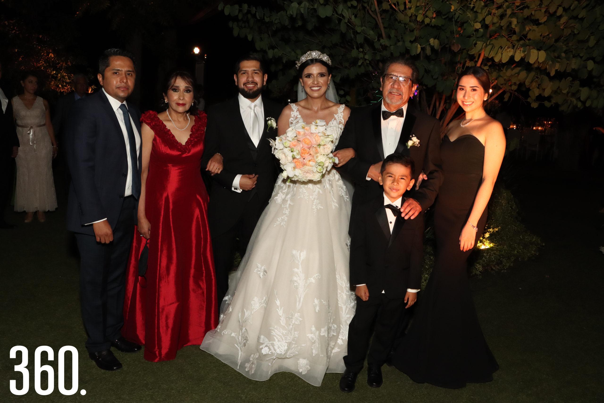 La familia del novio con Guido García y Sheila Mendoza.