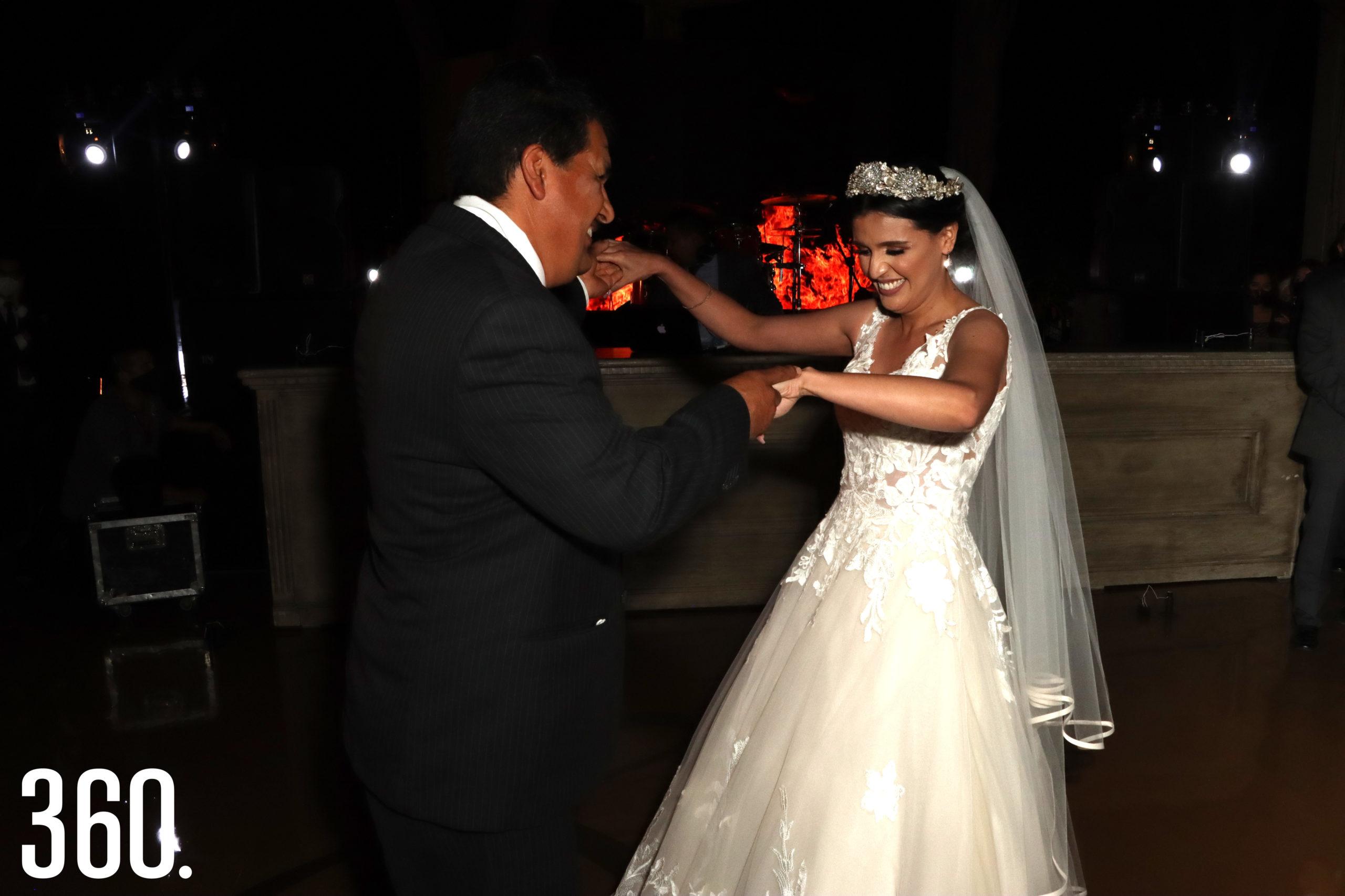 """Juan Carlos Mendoza bailó con su hija al melódico ritmo de """"It´s a wonderful world""""."""