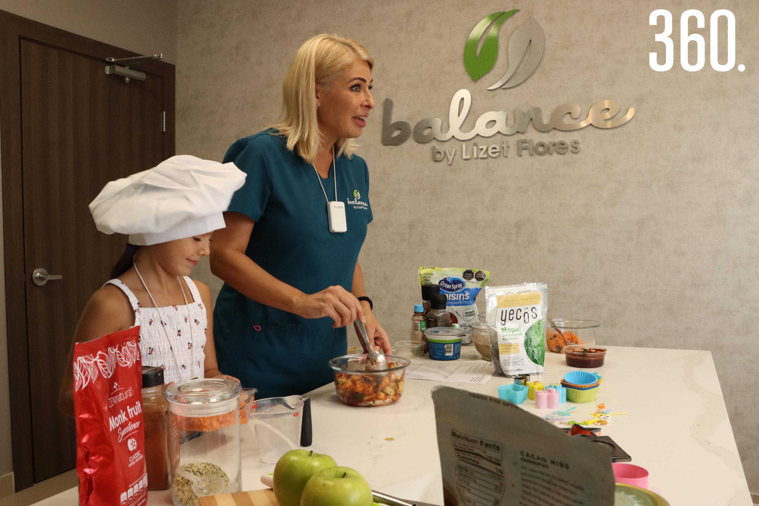 """La nutrióloga Lizet Flores Blackaller acompañada por su hija Lizzy Martínez Flores impartió el curso en línea """"Lonchera Saludable""""."""