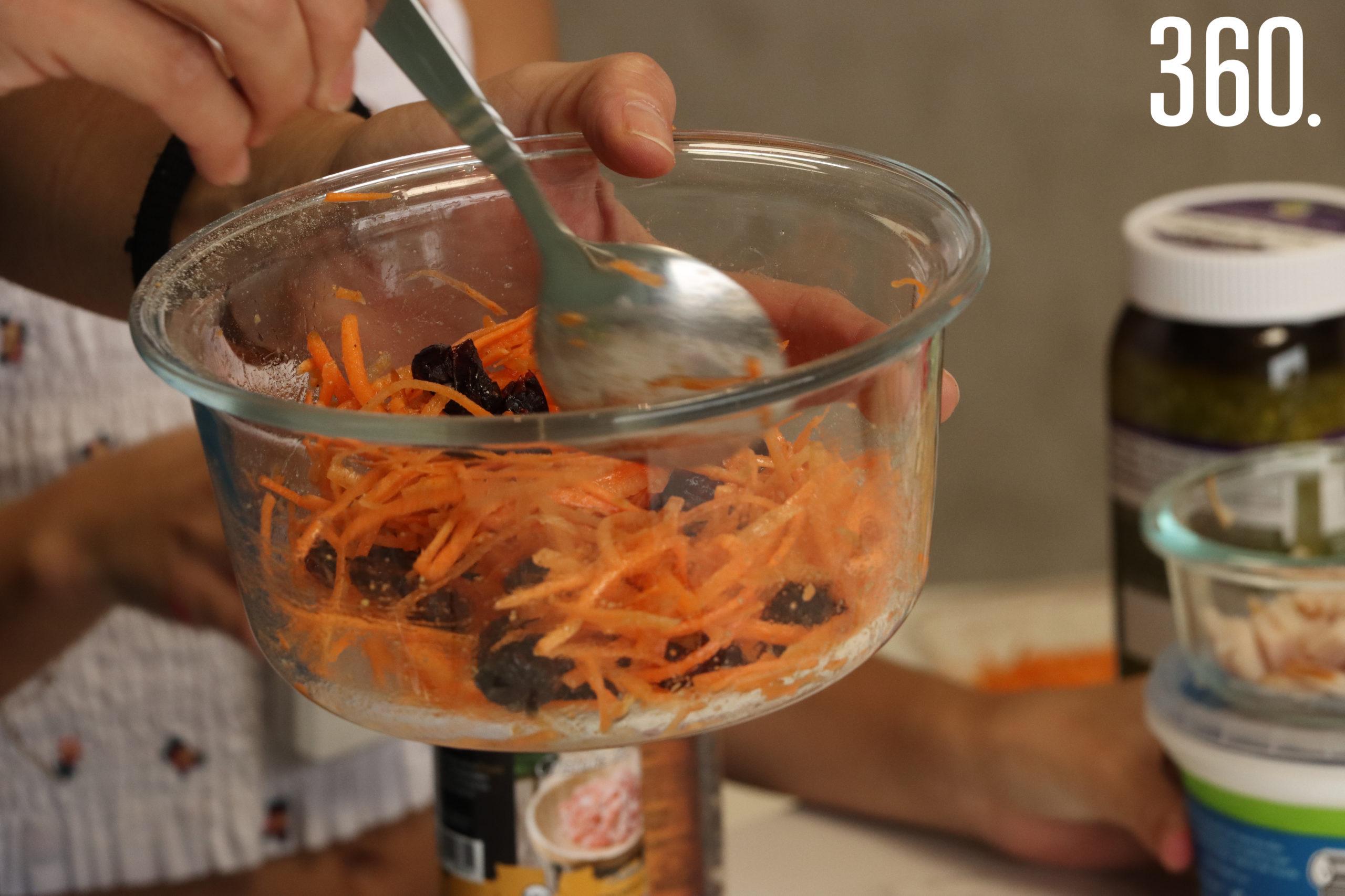 Zanahoria rayada endulzada con fruto del monje, limón y arándanos.
