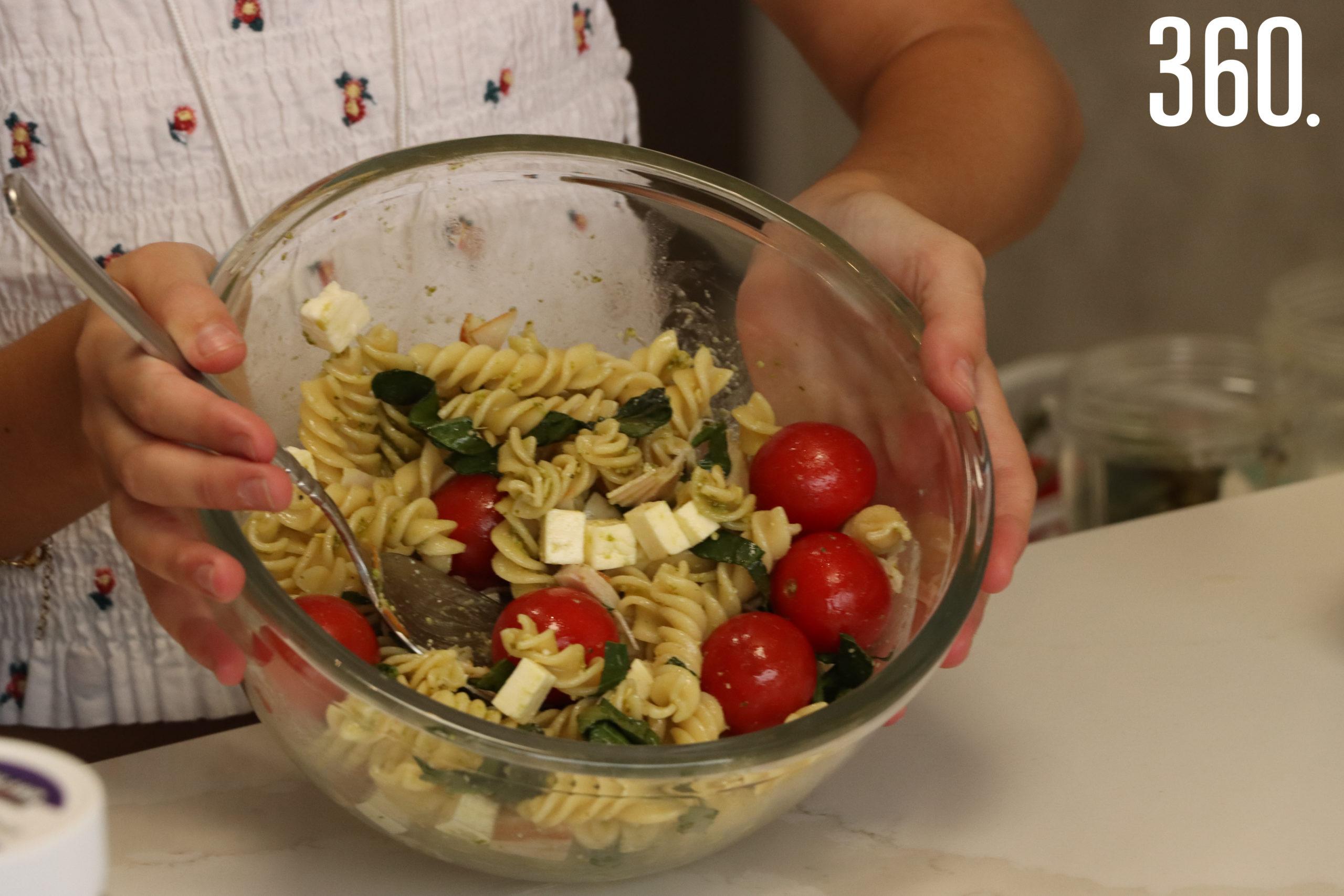 Pesto con jamón de pavo, queso panela, espinacas y tomate cherry.