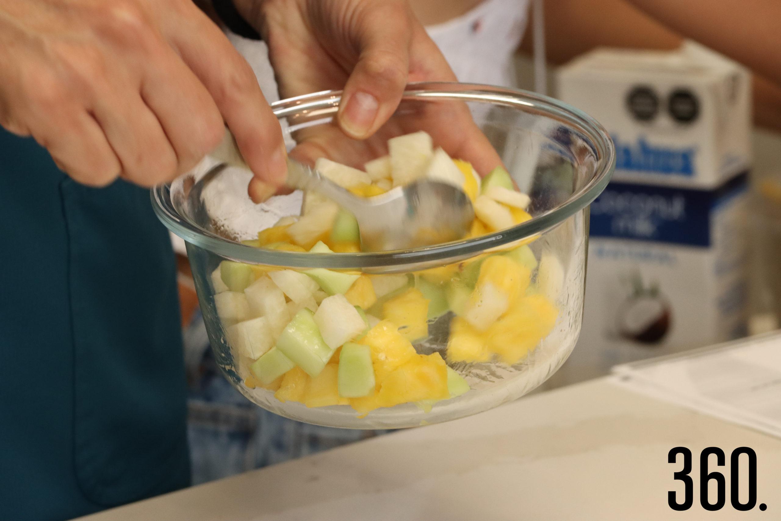Vaso Loco con pepino, piña, jícama, limón y chamoy.